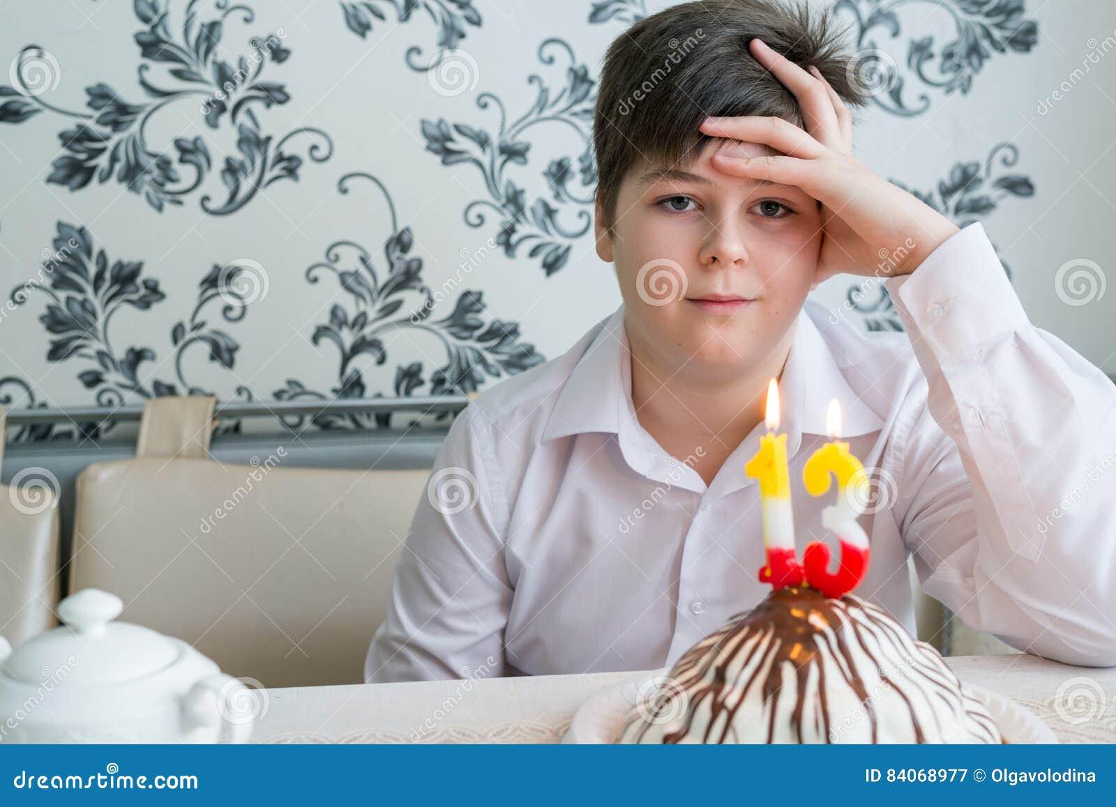 Alleinkennzeichen des umgekippten Jugendlichen ein dreißigsten Geburtstag