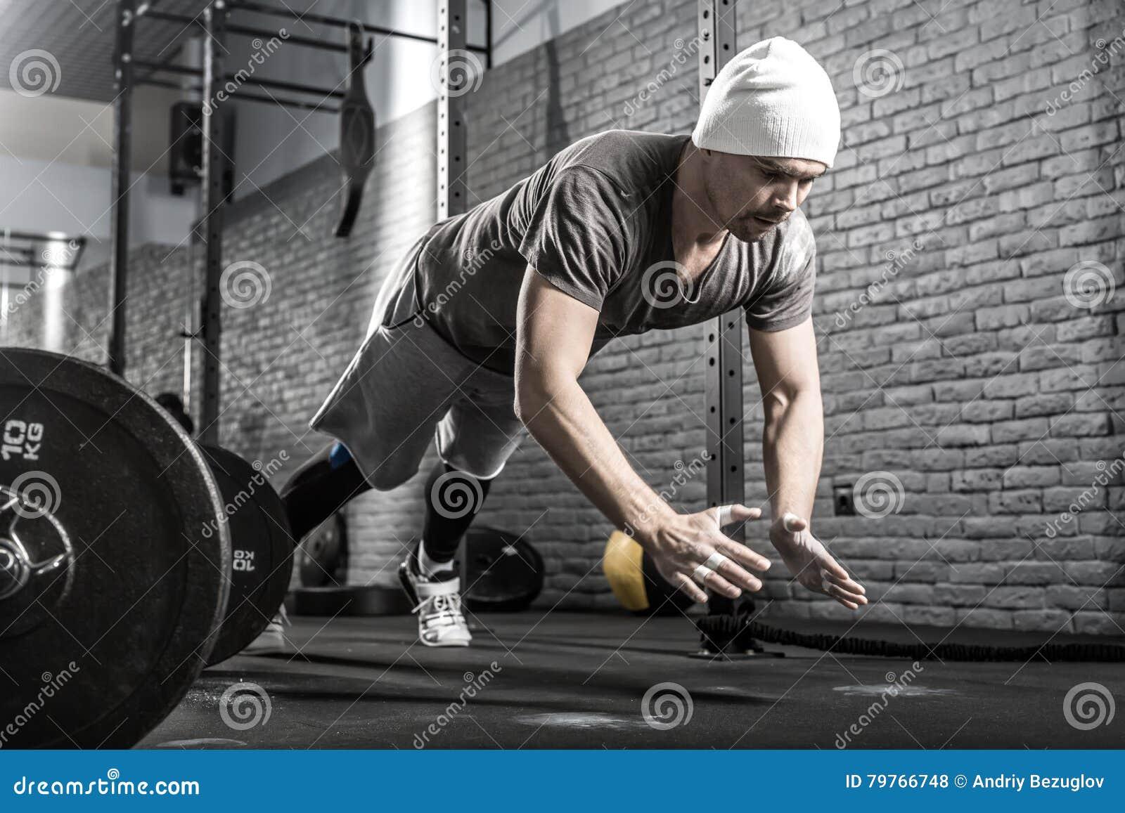 Allenamento di piegamento sulle braccia in palestra