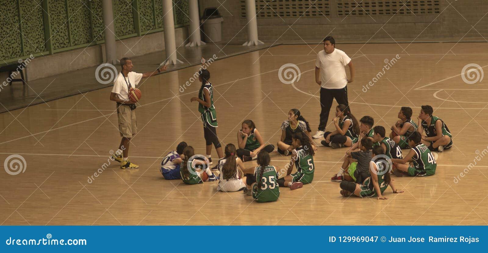 Allenatore di pallacanestro ed il suo gruppo