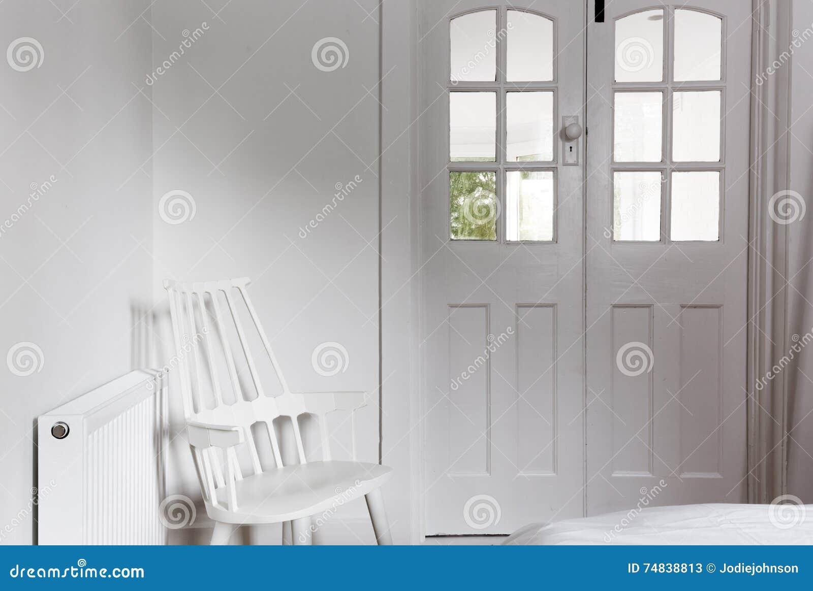 Aller weiße Innenraum und Dekor im netten Gästezimmer