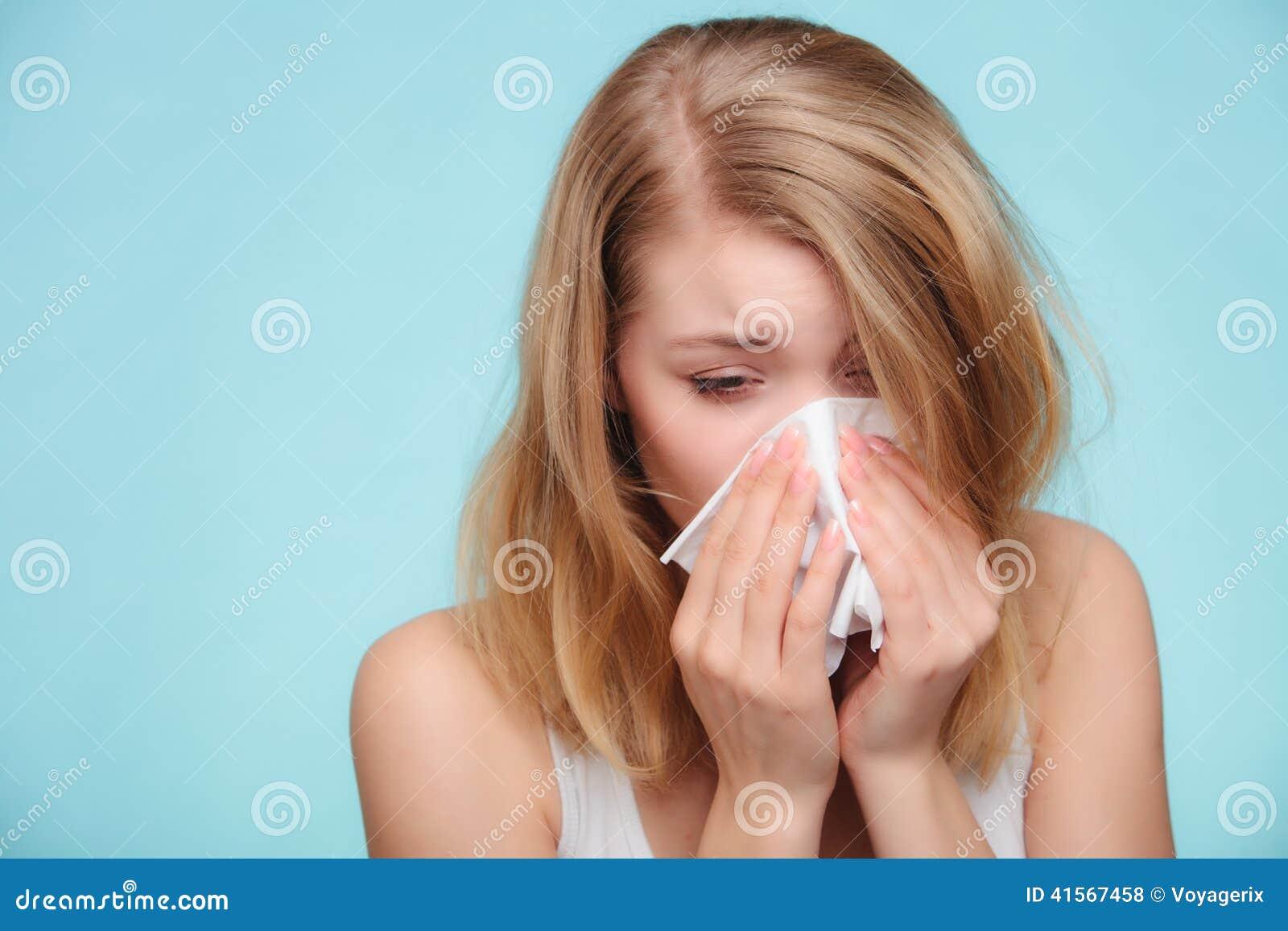 Allergia di influenza Ragazza malata che starnutisce nel tessuto salute