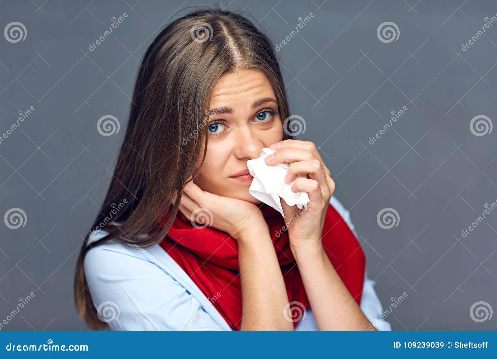 Allergieën of het papieren zakdoekje van de de vrouwenholding van de griepziekte