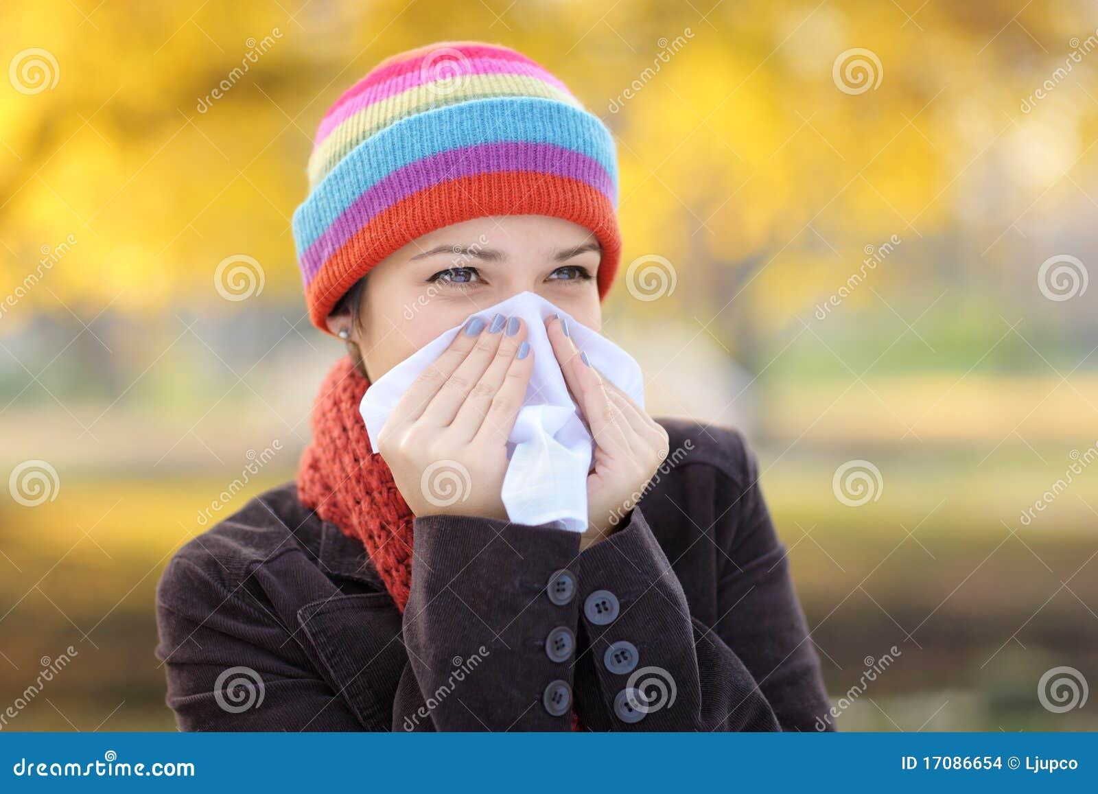 Allergiinfluensa som har silkespapperkvinnan