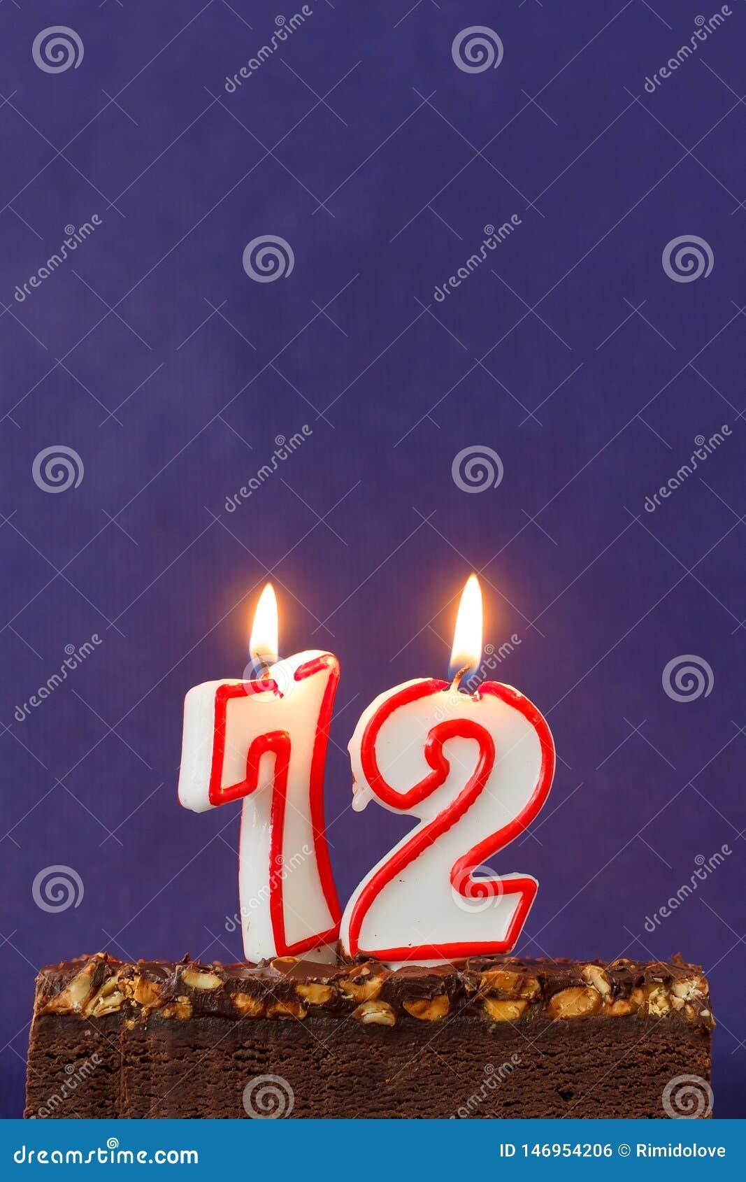 Alles Gute zum Geburtstag Brownie Cake mit Erdn?ssen, gesalzenem Karamell und bunten brennenden Kerzen auf Violet Background Kopi