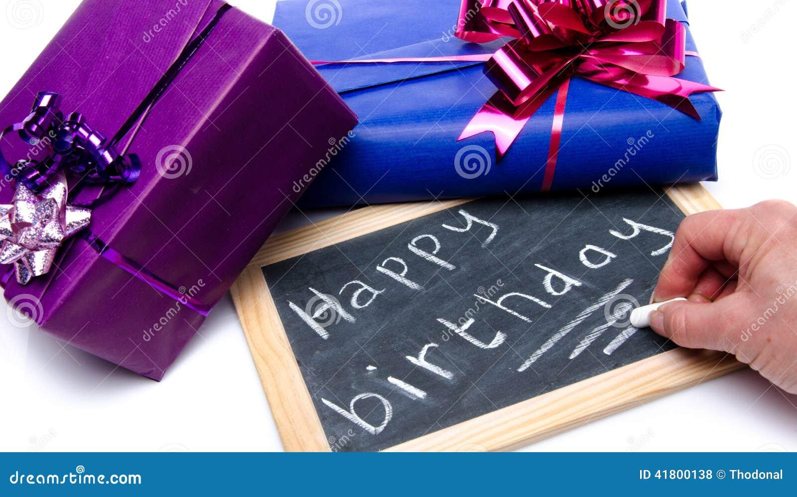 Alles Gute zum Geburtstag der Handschrift auf einer Schiefertafel mit Geschenken