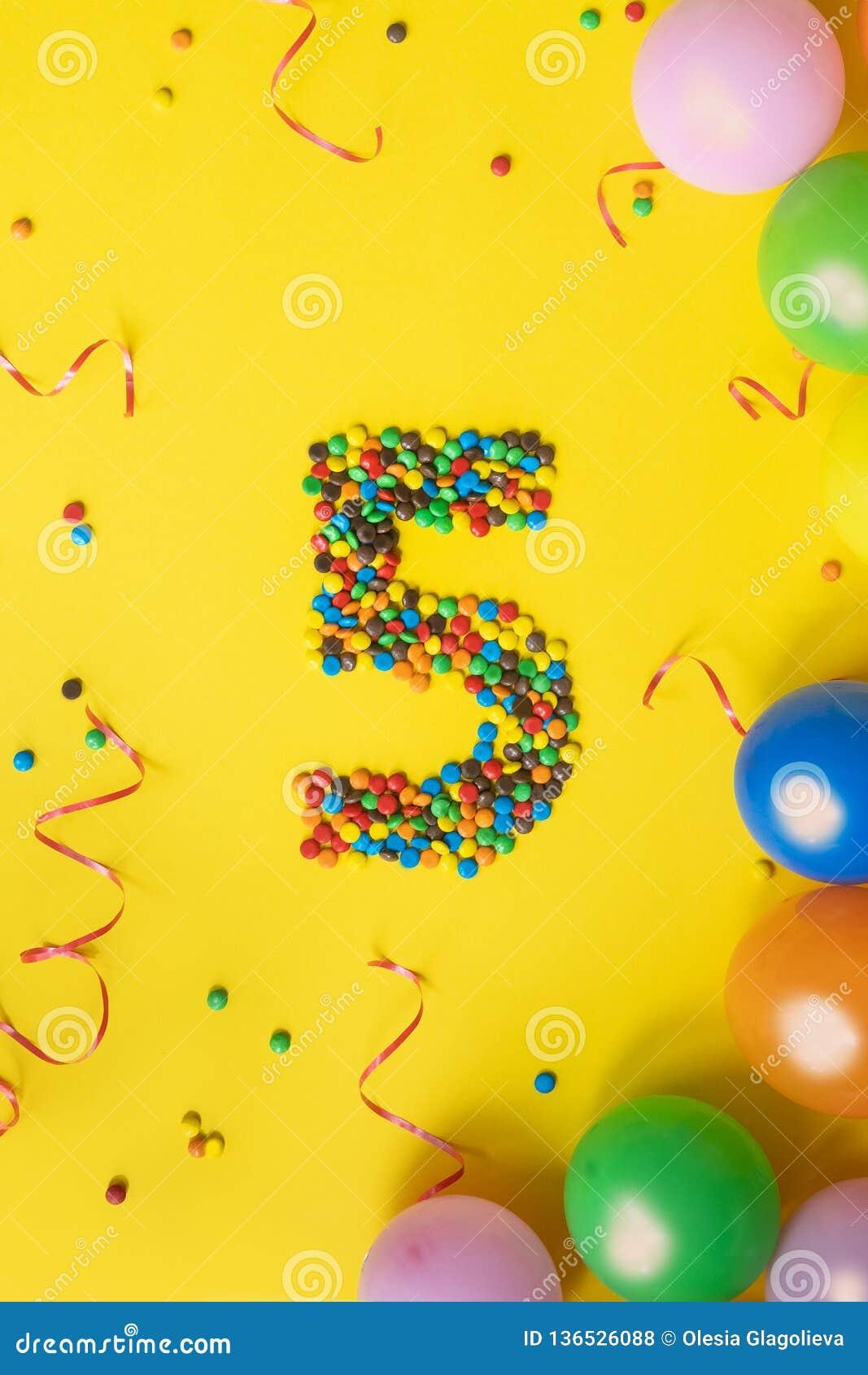 Alles Gute zum Geburtstag Nr. 5 machte von den Süßigkeiten mit bunten Ballonen auf gelbem Hintergrund