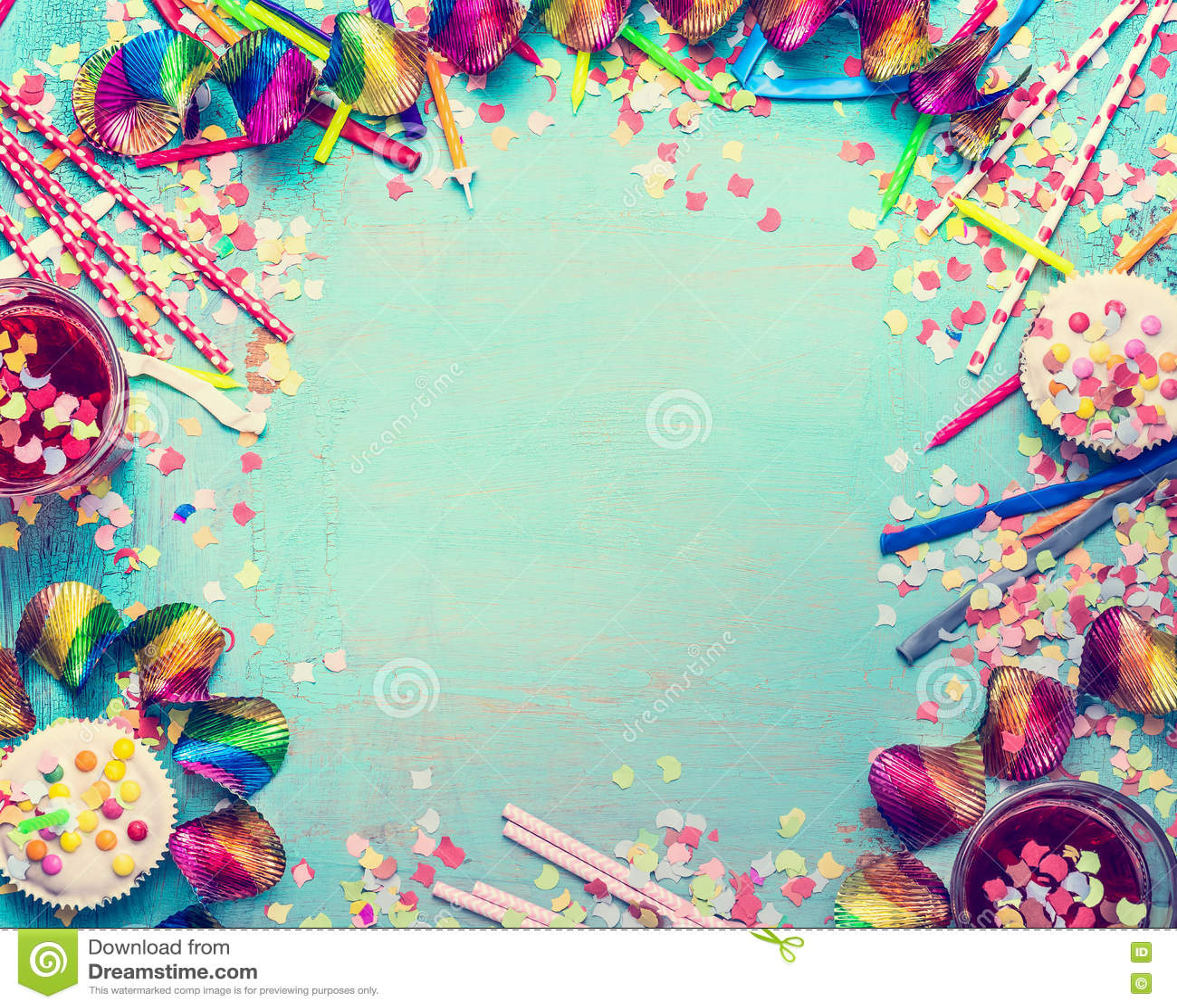 Alles Gute zum Geburtstagfeld Parteiwerkzeuge mit Kuchen, Getränken und Konfettis auf schäbigem schickem Hintergrund des Türkises