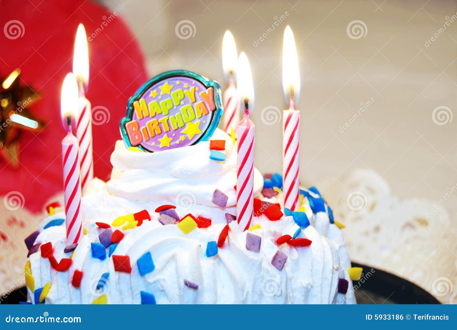 Alles- Gute zum Geburtstagkuchen mit Kerzen