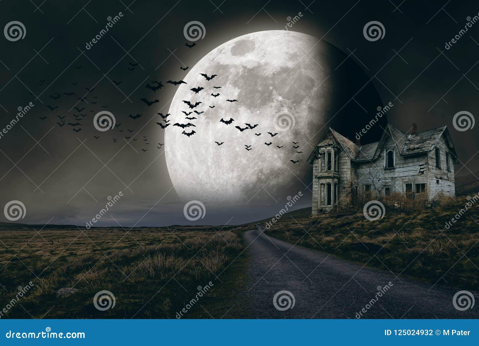 Allhelgonaaftonbakgrund med fullmånen och det kusliga huset