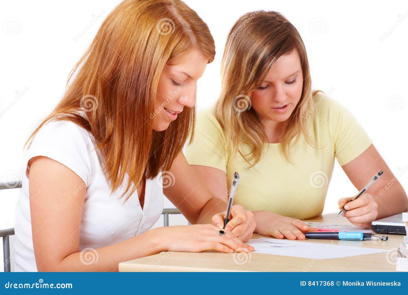 Allievi che imparano allo scrittorio