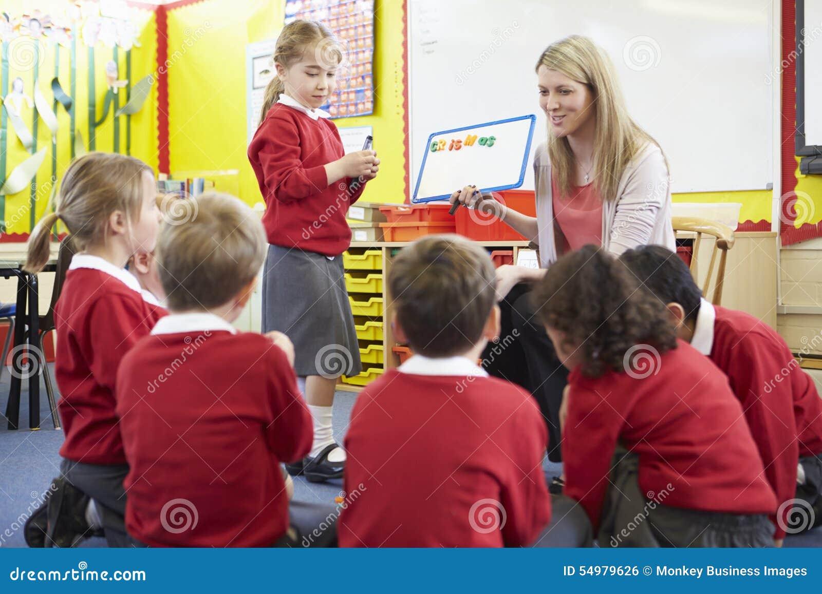 Allievi della scuola elementare di Teaching Spelling To dell insegnante
