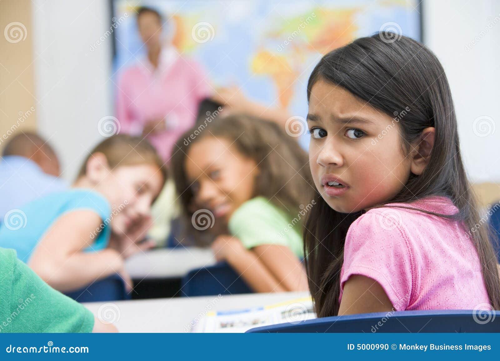 Allievo della scuola elementare che è oppresso