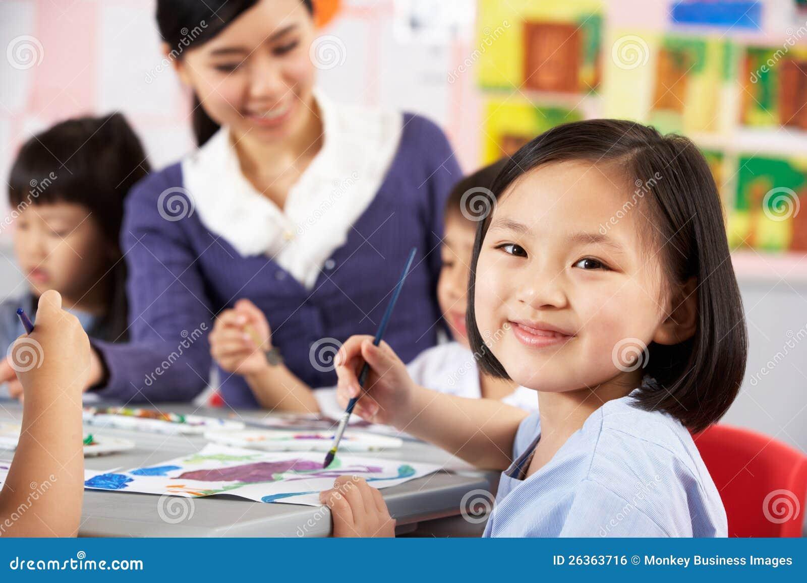 Allievo femminile che gode del codice categoria di arte a scuola cinese