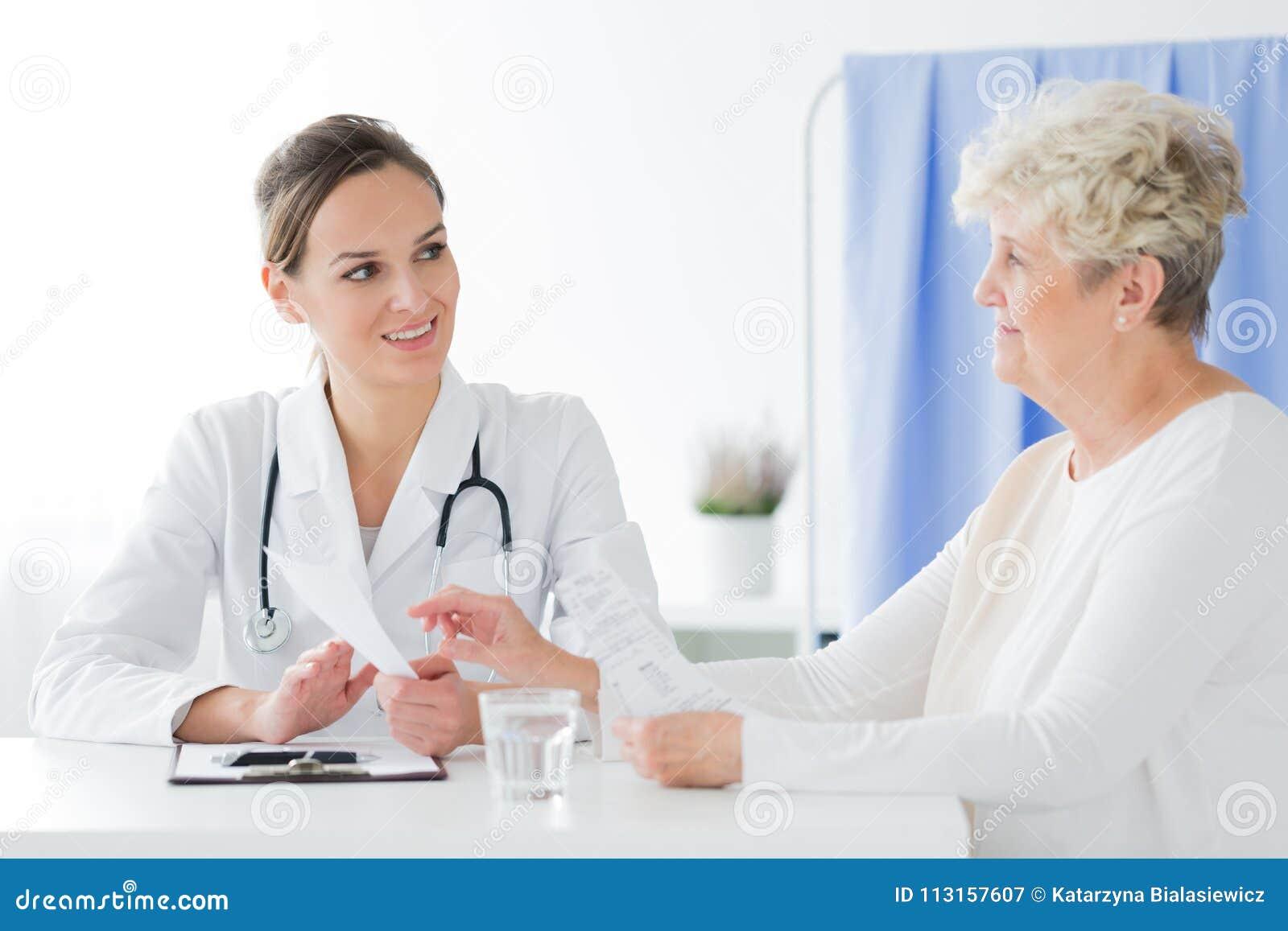 Allmän praktiker som gör medicinsk intervju