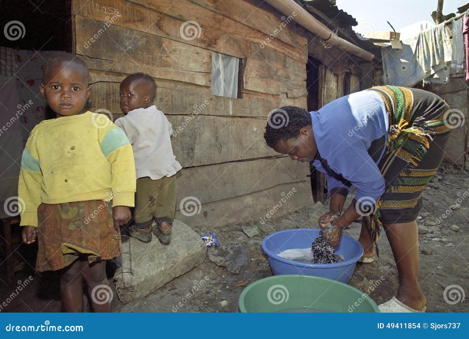 Download Alltagsleben Im Kenyanelendsviertel Einer Armen Familie Redaktionelles Stockbild - Bild von haus, haushaltung: 49411854