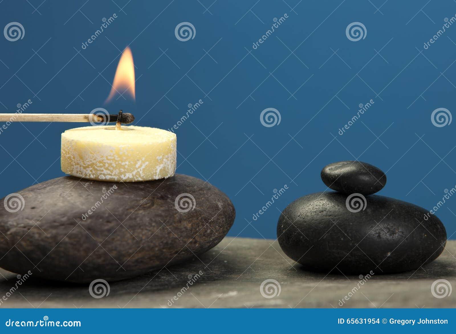 Allumage d une petite bougie sur la roche