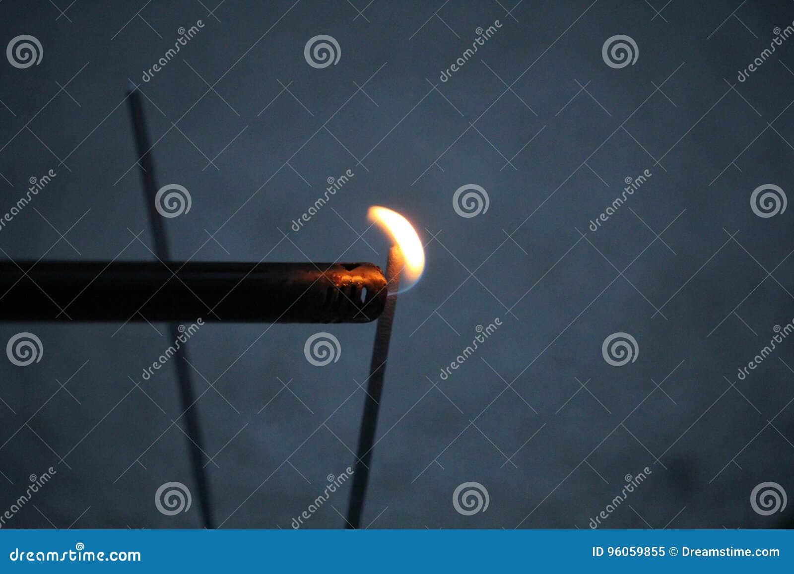 Allumeur avec la flamme sur un cierge magique