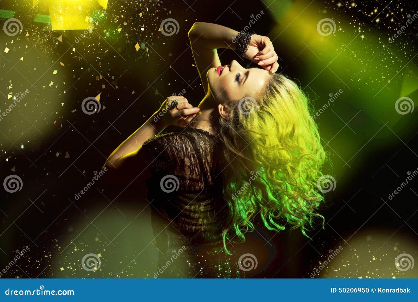 Alluring танцы женщины на танцплощадке