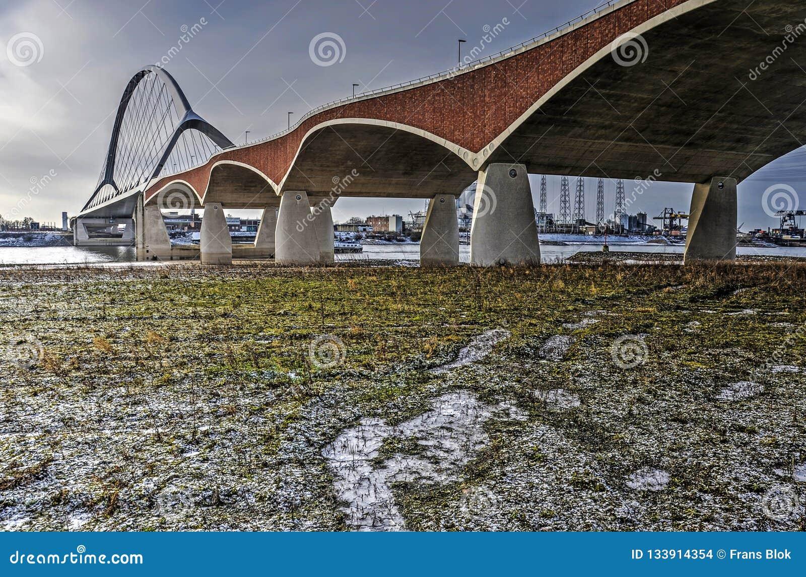 Alluviaal gebied, rivier en brug