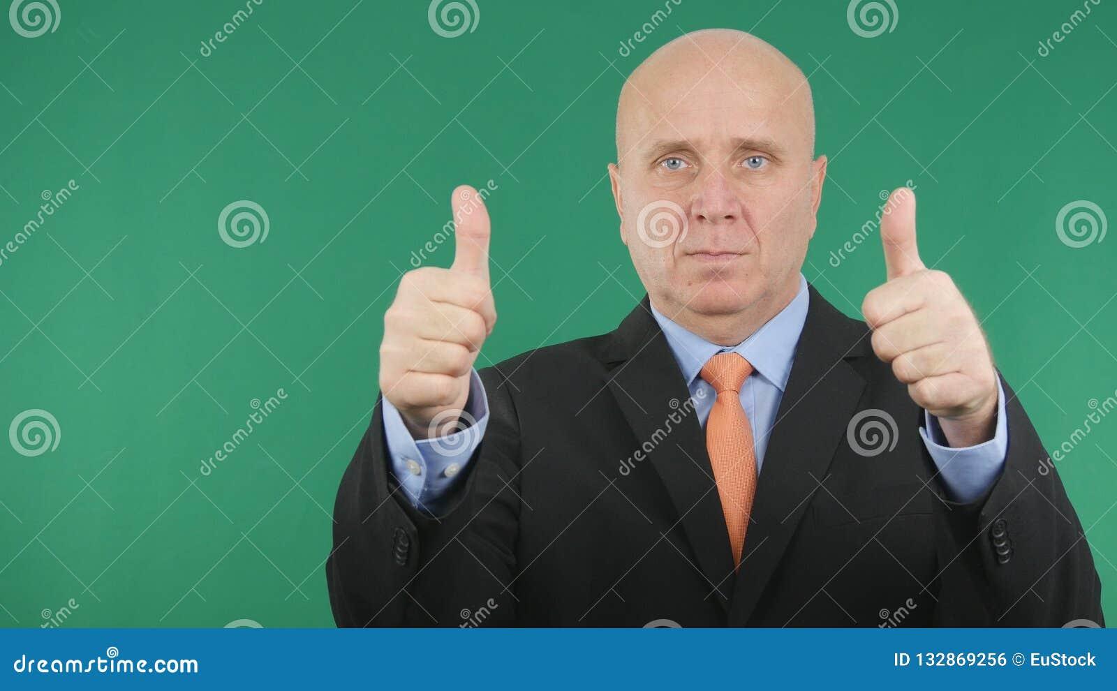 Allvarlig affärsman Make Double Thumbs upp bra gester för en jobbhand