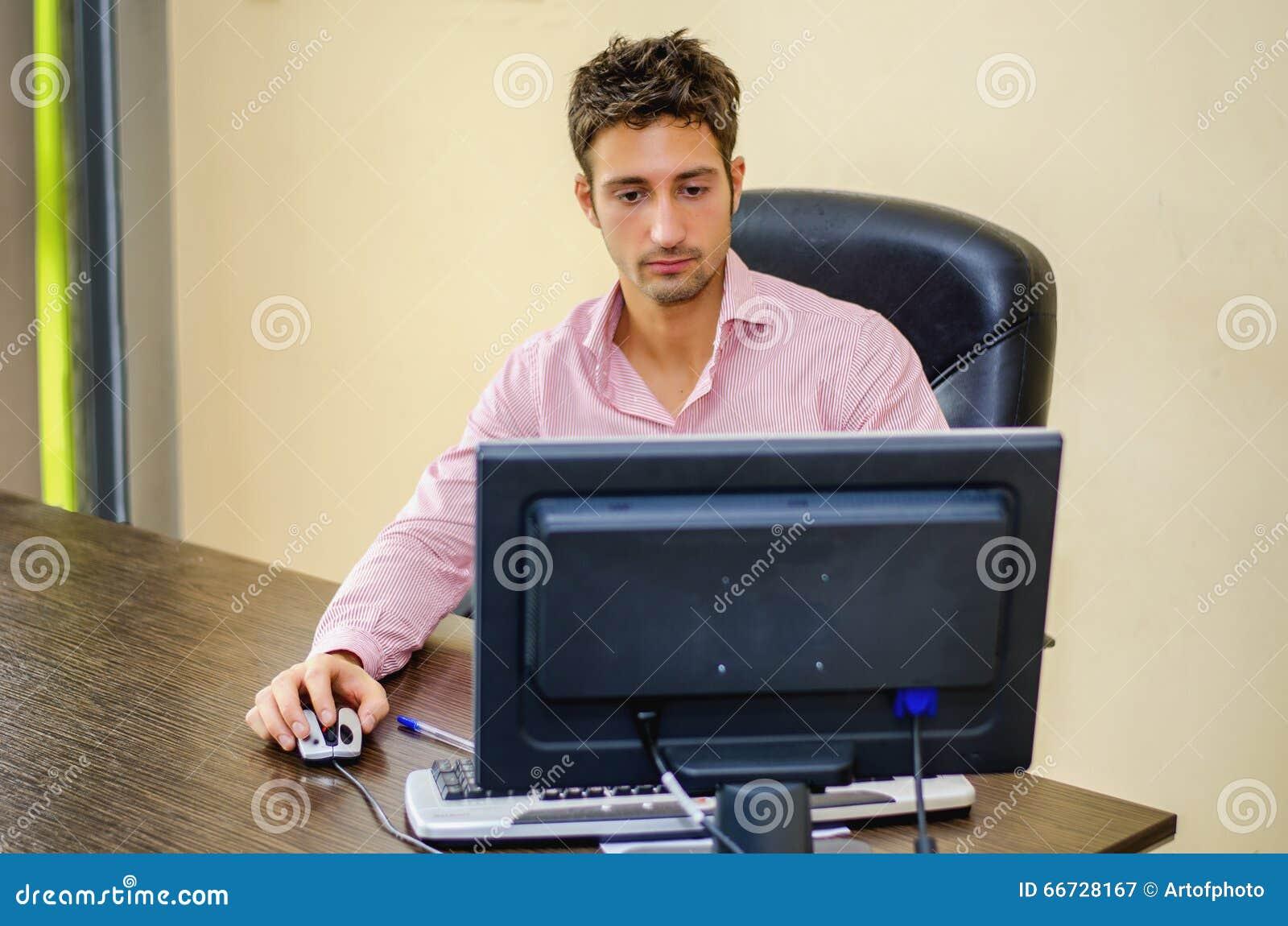 Allvarlig manlig kontorsarbetare på skrivbordarbete