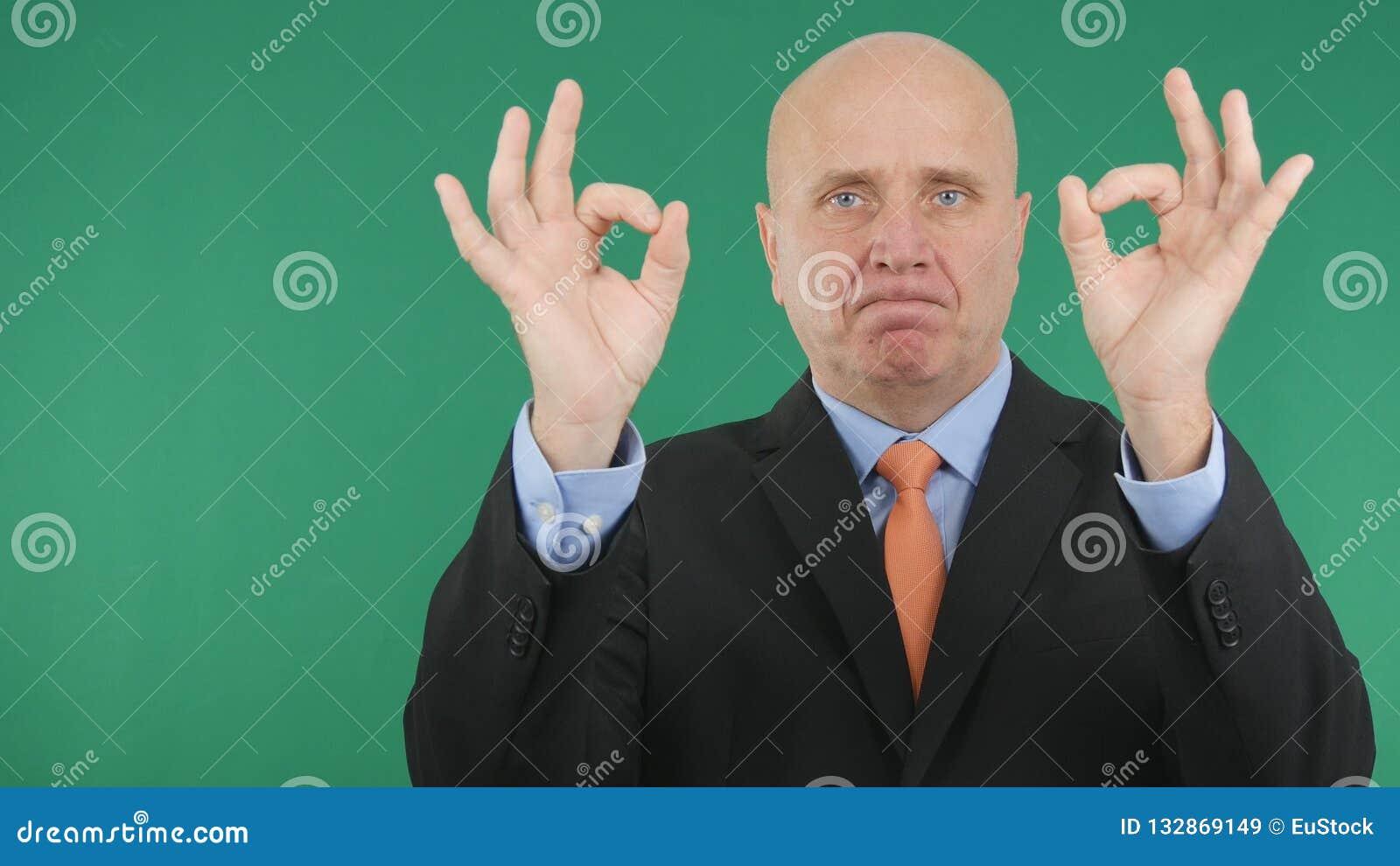 Allvarligt tecken för affärsmanMake Double Ok hand som ett bra jobb gör en gest