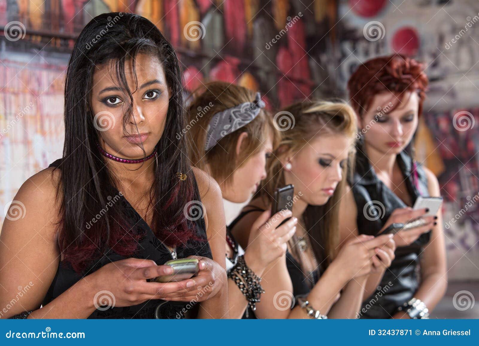 Allvarligt tonårigt med telefonen