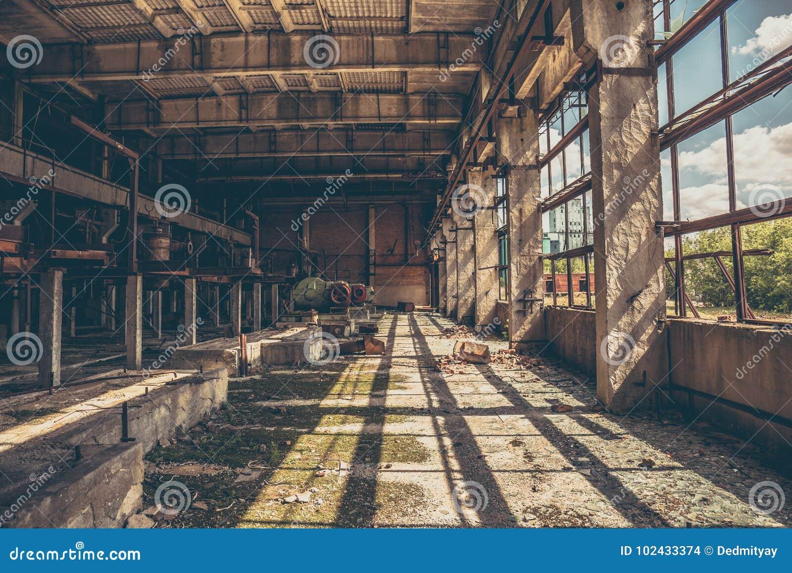 Almacén espeluznante industrial abandonado dentro del edificio oscuro viejo de la fábrica del grunge