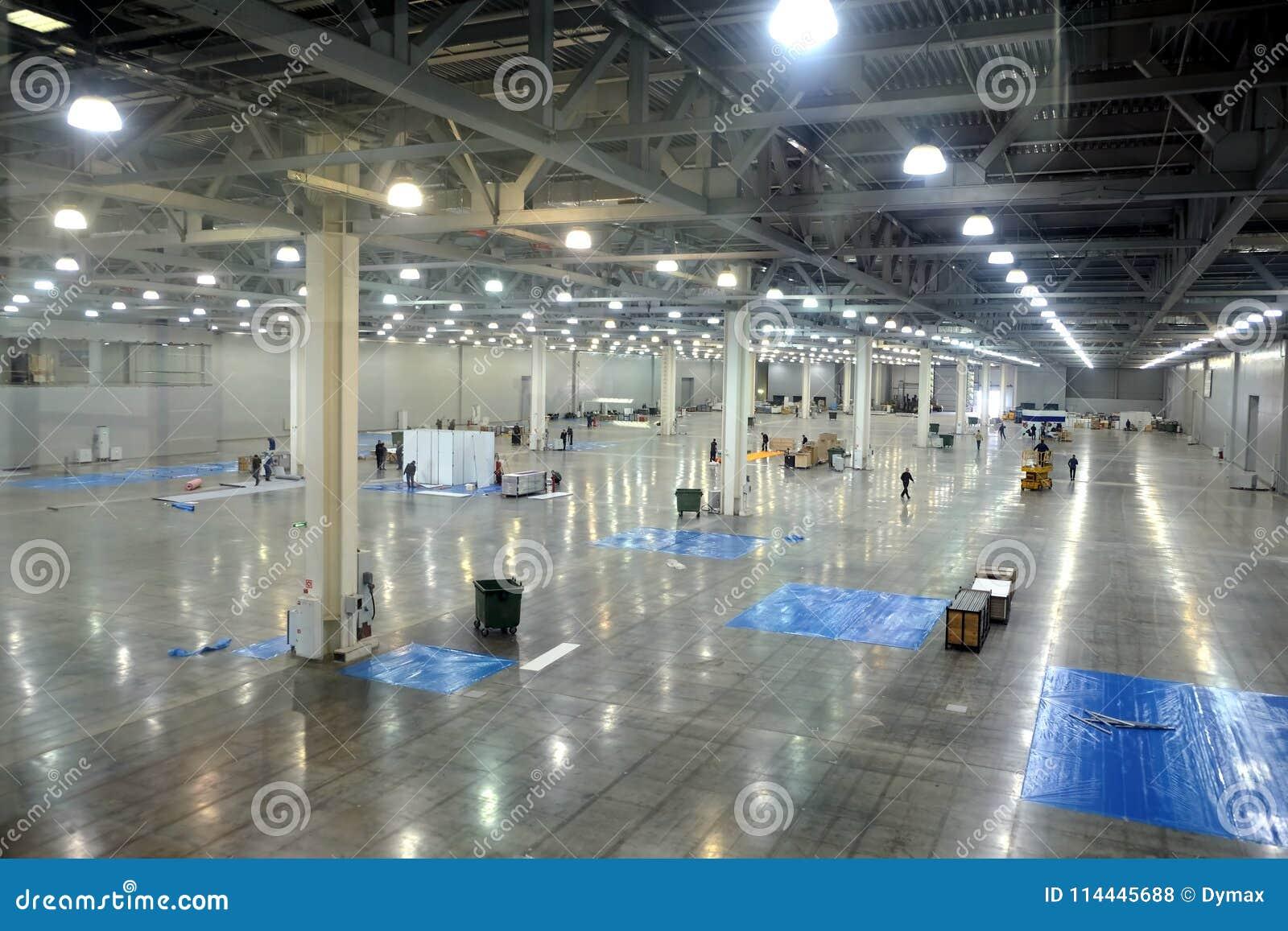 Almacén vacío grande dentro en el edificio industrial con un alto techo y una iluminación artificial