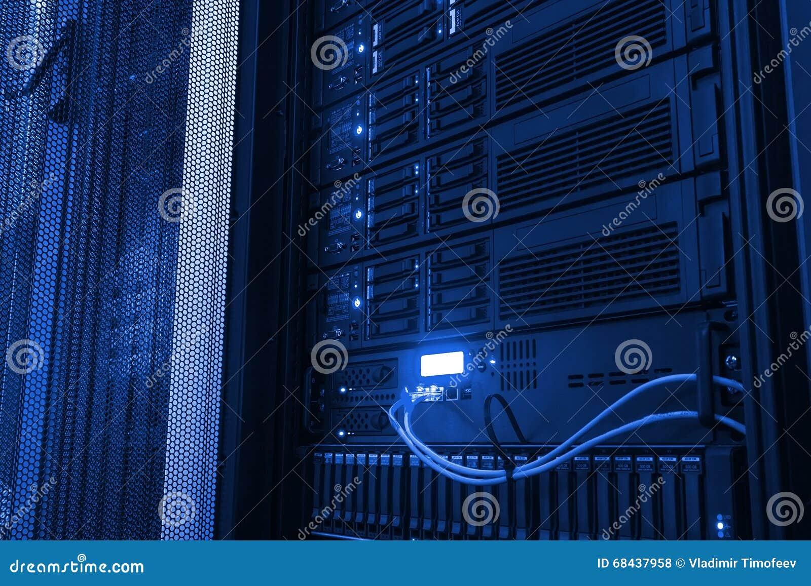 Almacenamiento en discos de la unidad central moderna del punto de vista en el centro de datos