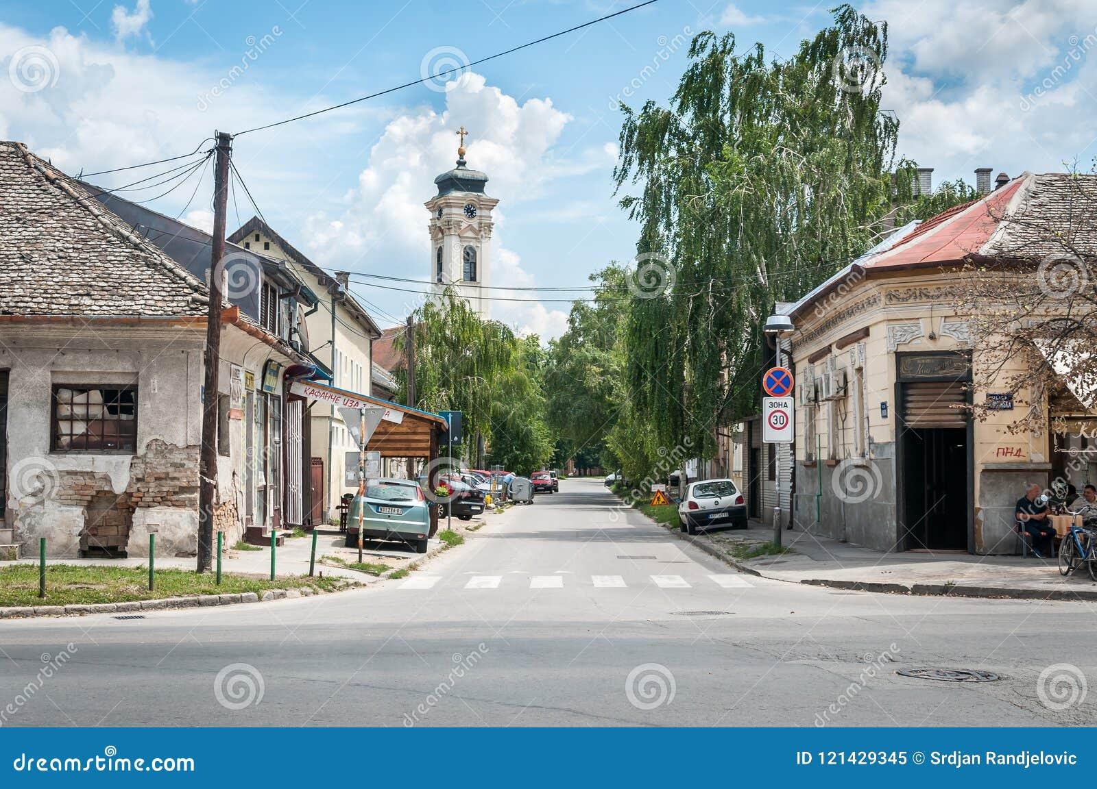 Almas del av staden som byggs i 1718 med klockatornet för ortodox kyrka i bakgrunden och de gamla husen