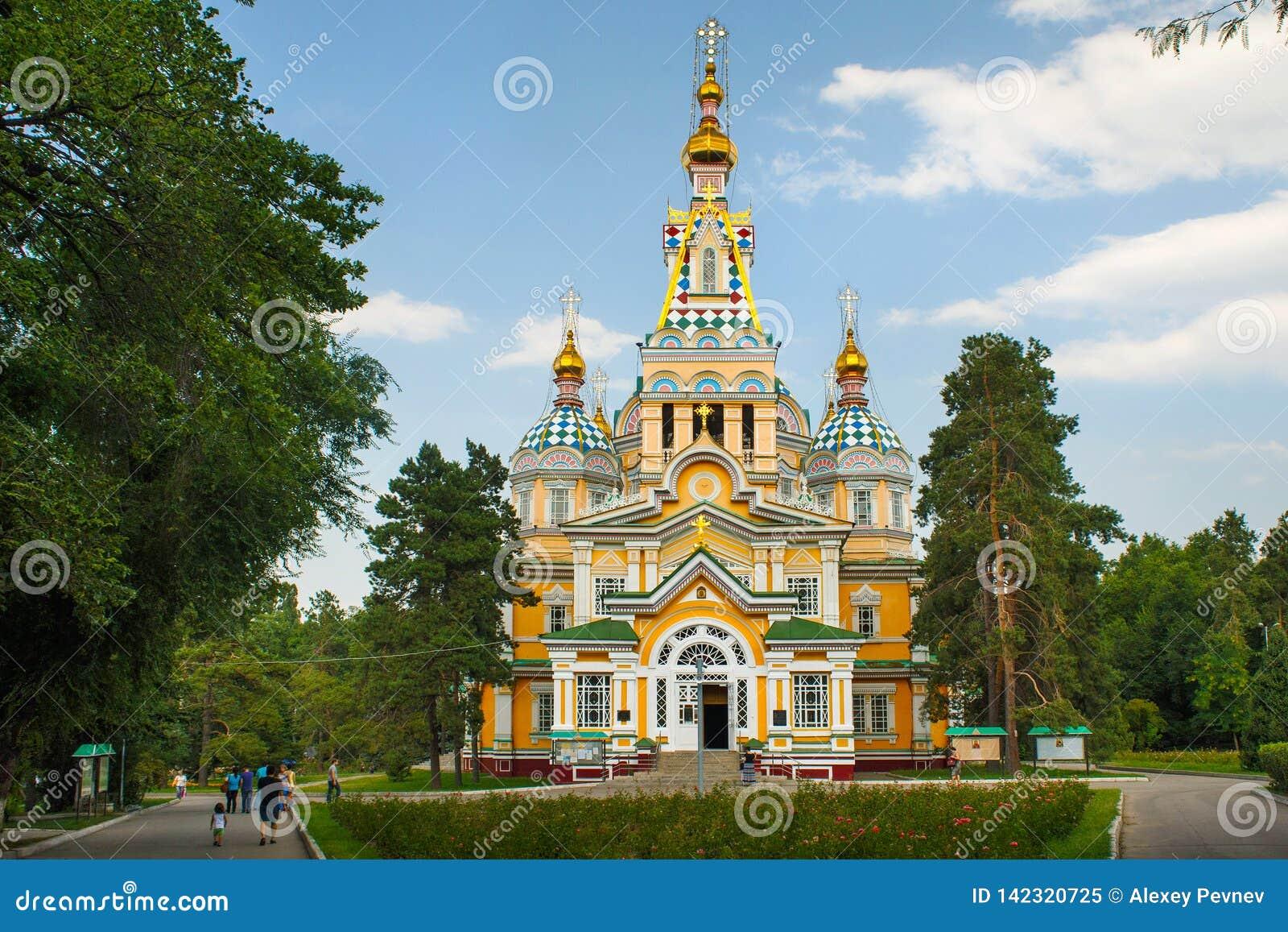 ALMATY, CAZAQUISTÃO - 27 DE JULHO DE 2017: A catedral da ascensão em Almaty, Cazaquistão