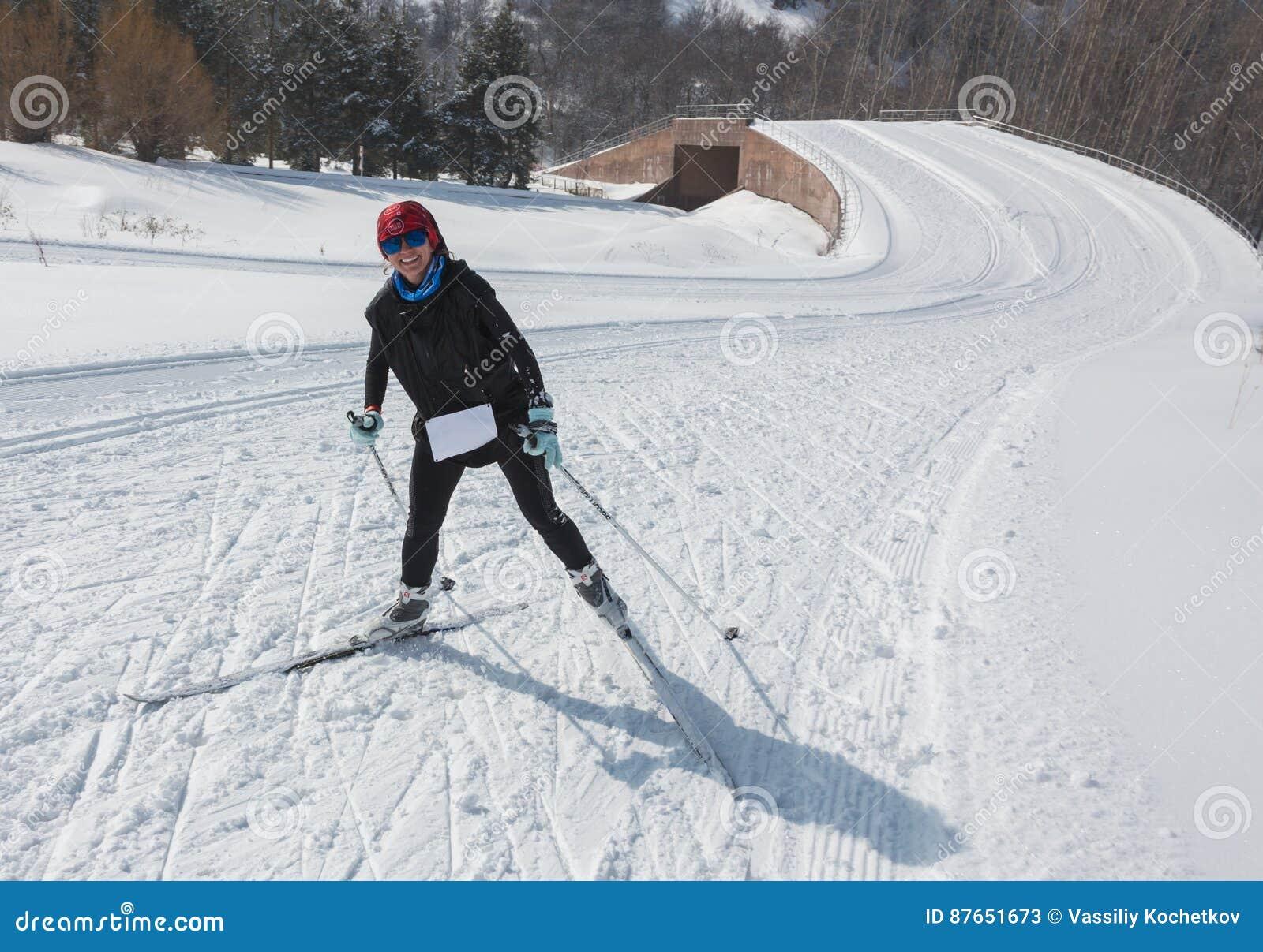 ALMATY, KASACHSTAN - 18. FEBRUAR 2017: Amateurwettbewerbe in der Disziplin des Skilanglaufs, unter dem Namen
