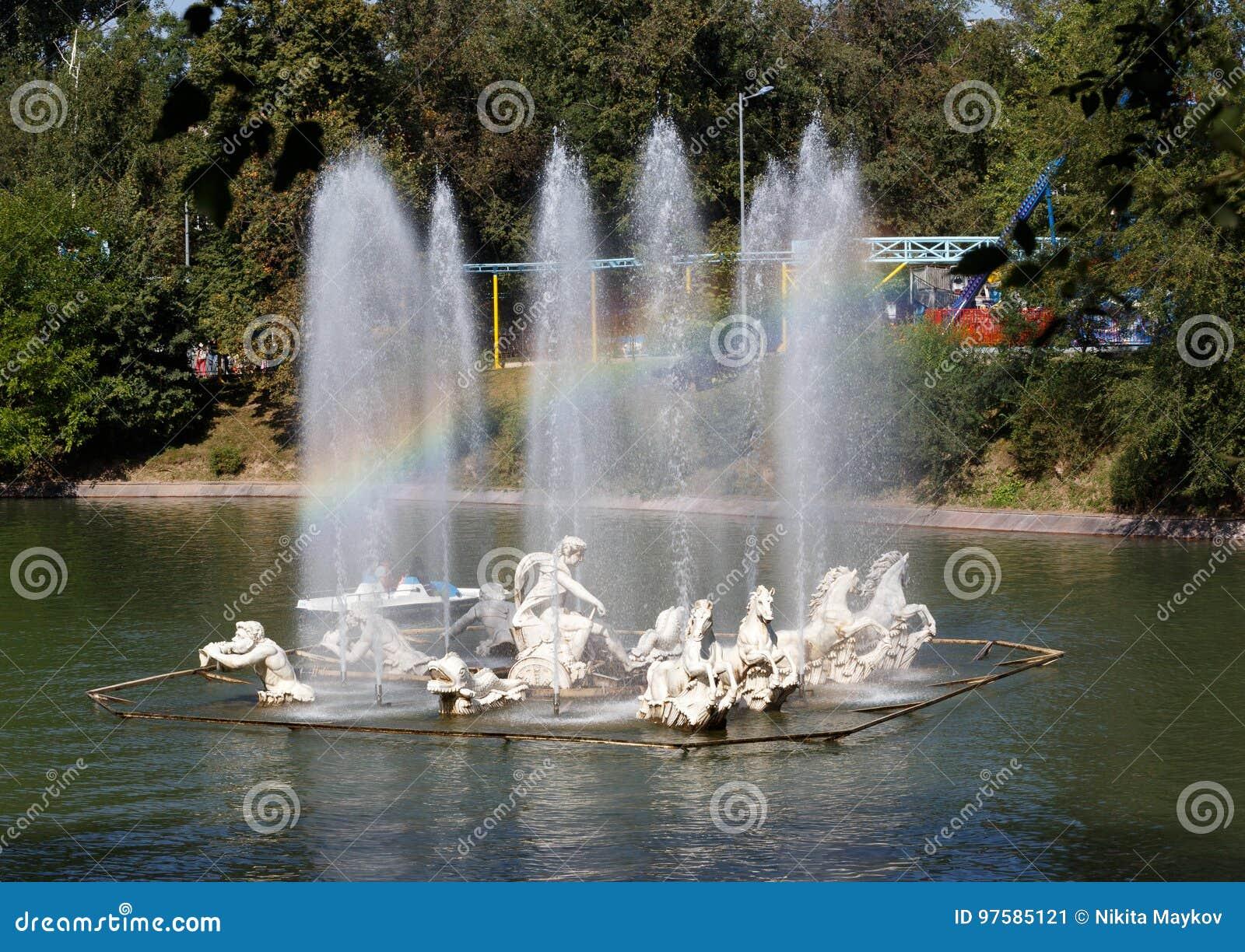 Almaty Kasakhstan - Augusti 28, 2016: Regnbåge i springbrunnen P