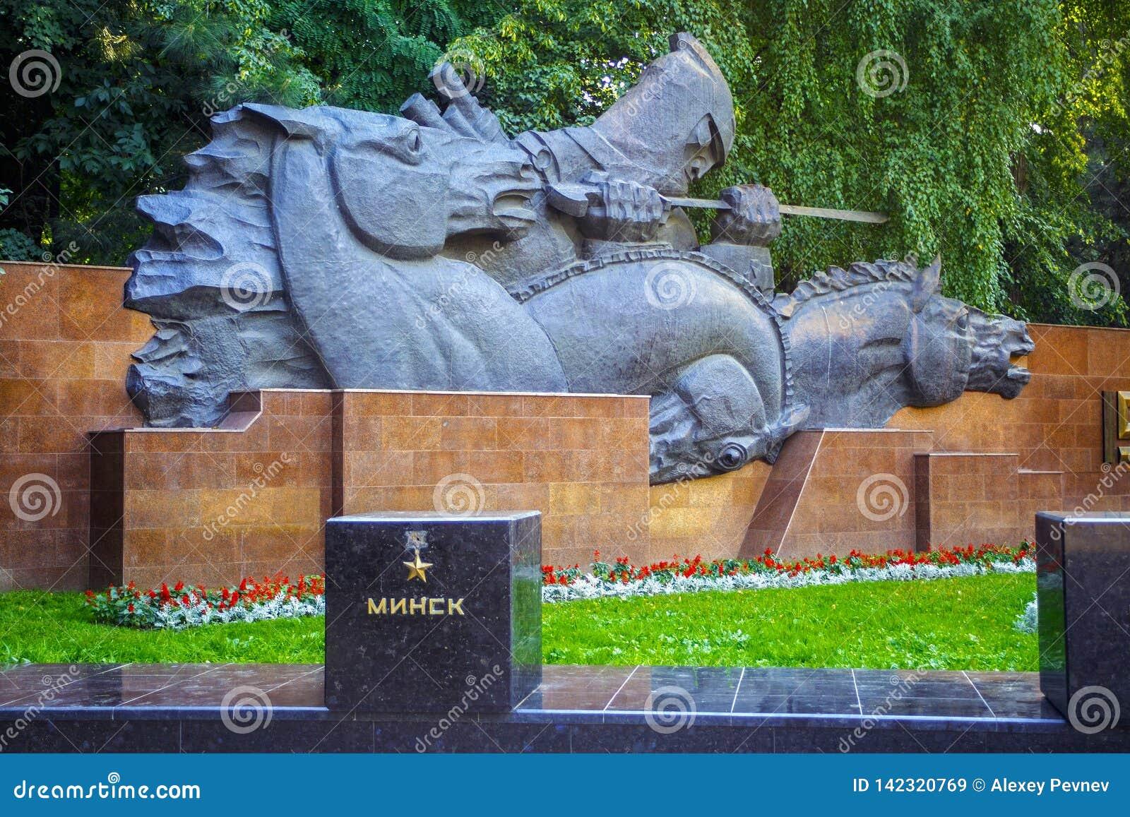 ALMATY KASAKHSTAN - JULI 27, 2017: Monumentet till hjältestaden Minsk i 28na Panfilov parkerar