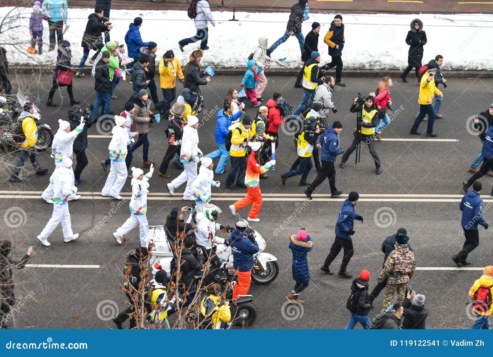 ALMATY/KAZAKHSTAN - 1° gennaio 2017: Il relè di torcia olimpico