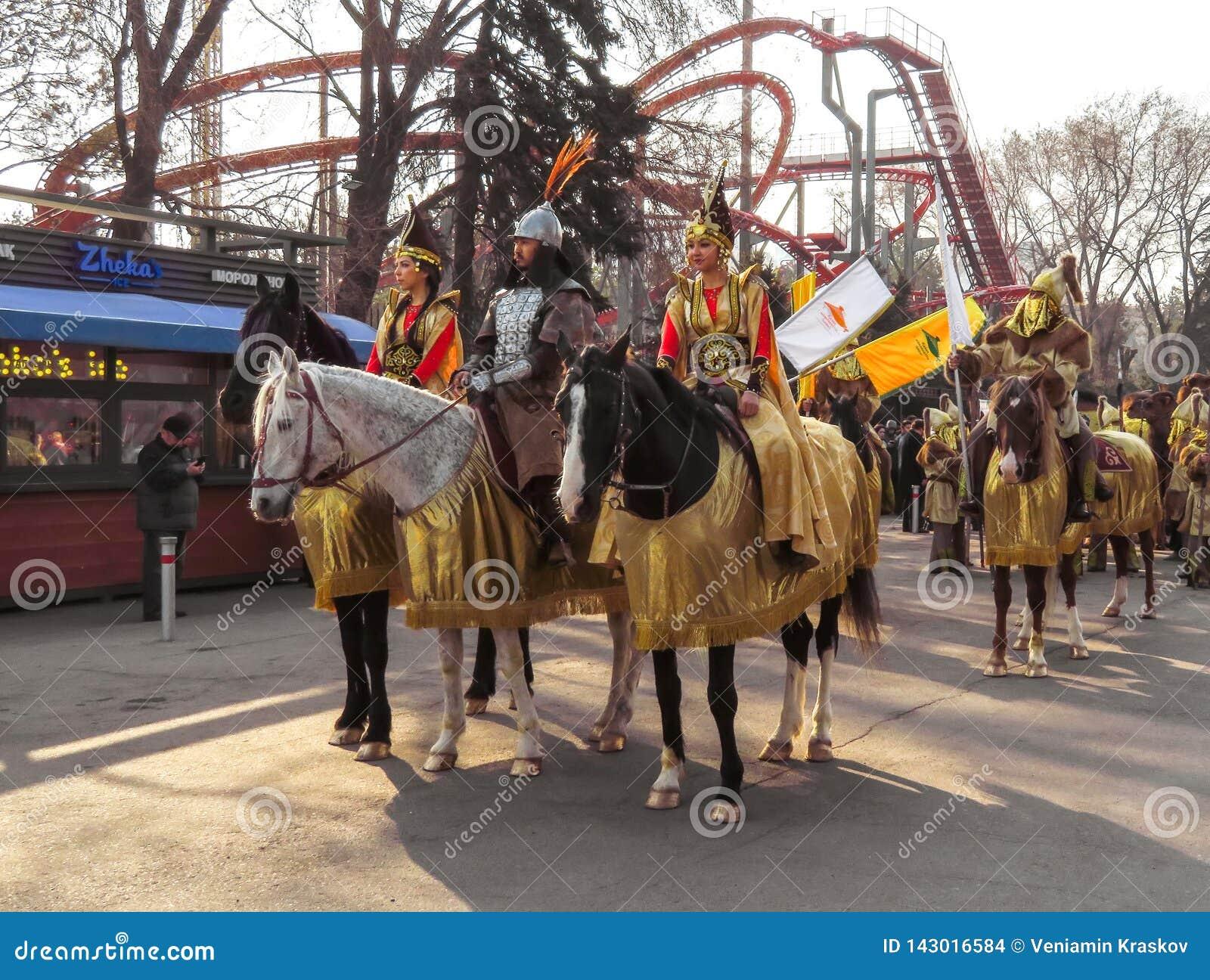 Almaty - lokalt folk på hästarna