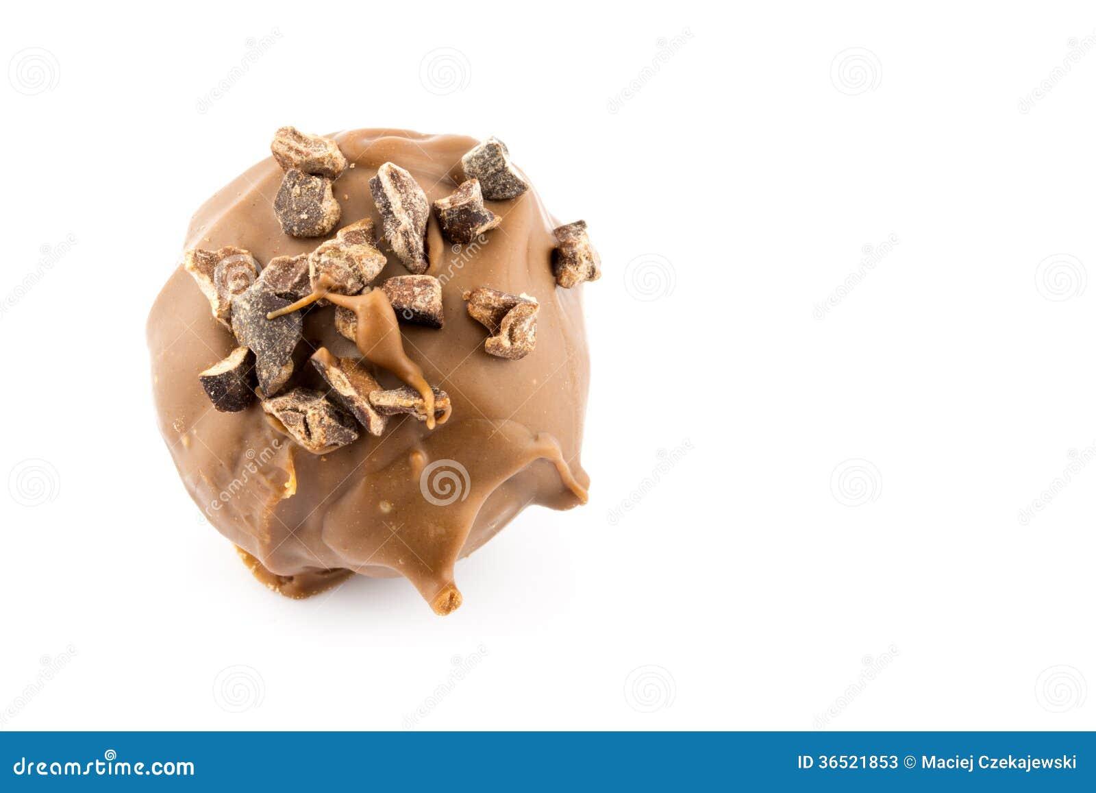 Almendra garapiñada del chocolate aislada