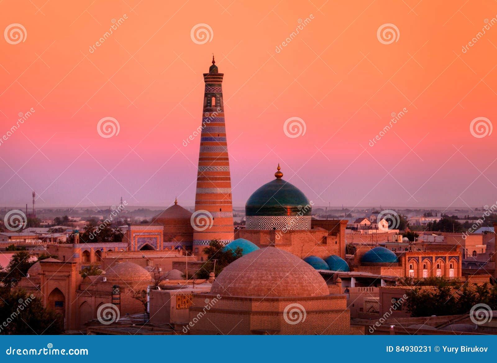 Alminar y madrasah del Islam-Khoja en el Khiva viejo