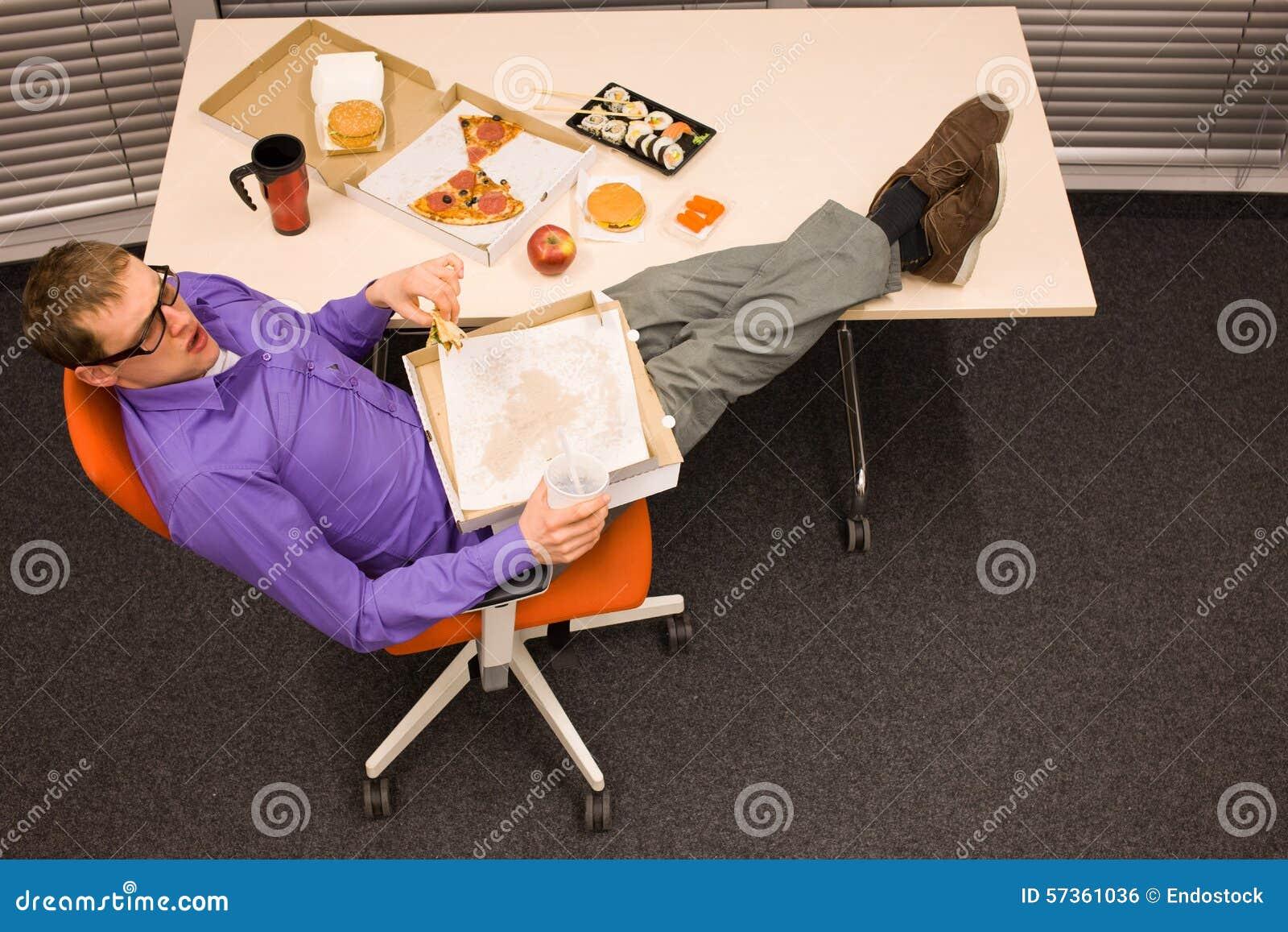 Almoço no escritório - comendo demais