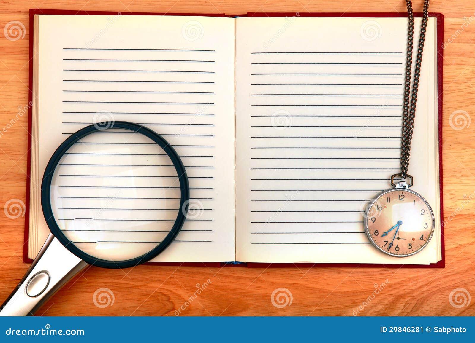 Almofada de escrita e lupa e relógio