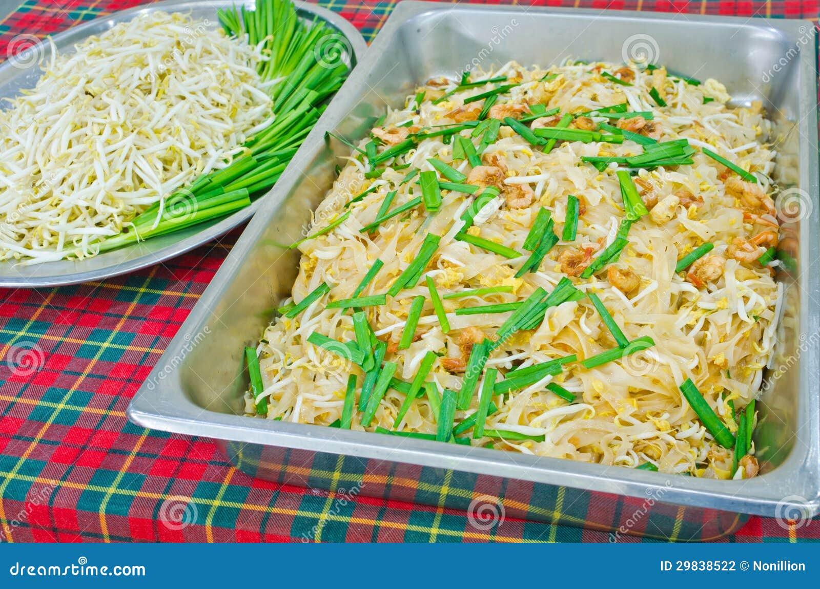 Almofada tailandesa do alimento tailandesa, da fritada do Stir macarronetes com camarão e omeleta