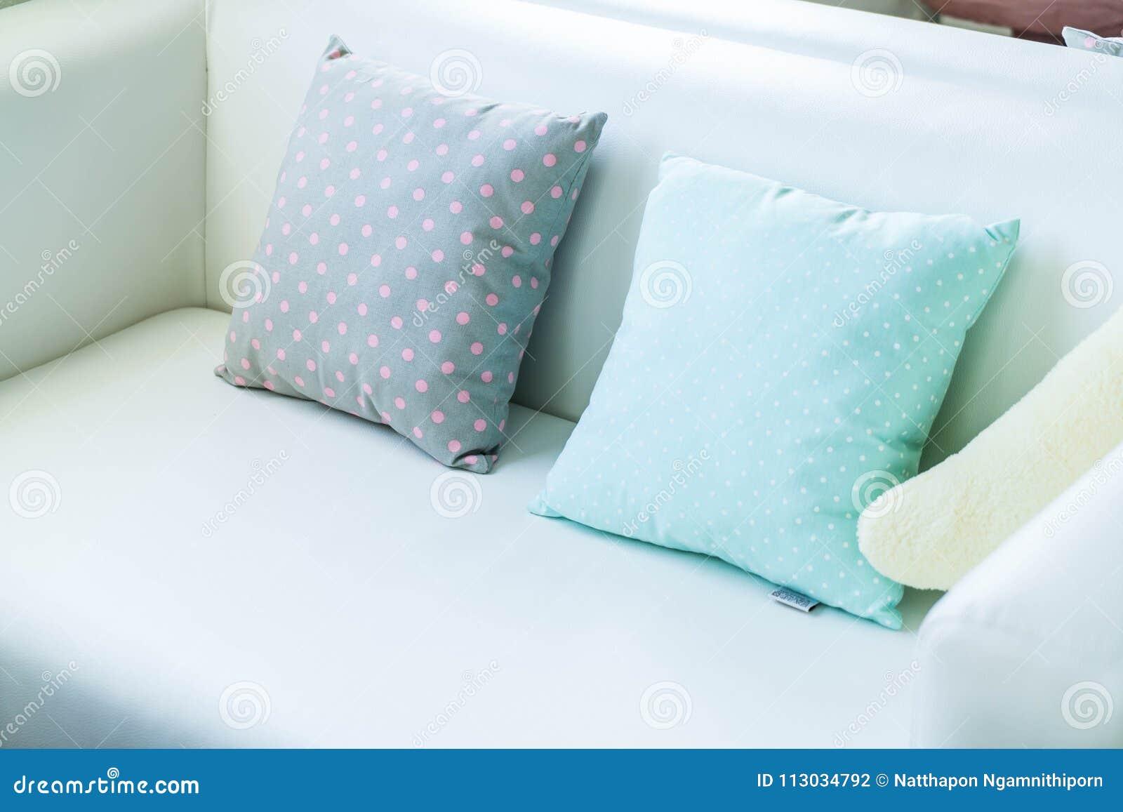 Almohada en colores pastel en el sofá