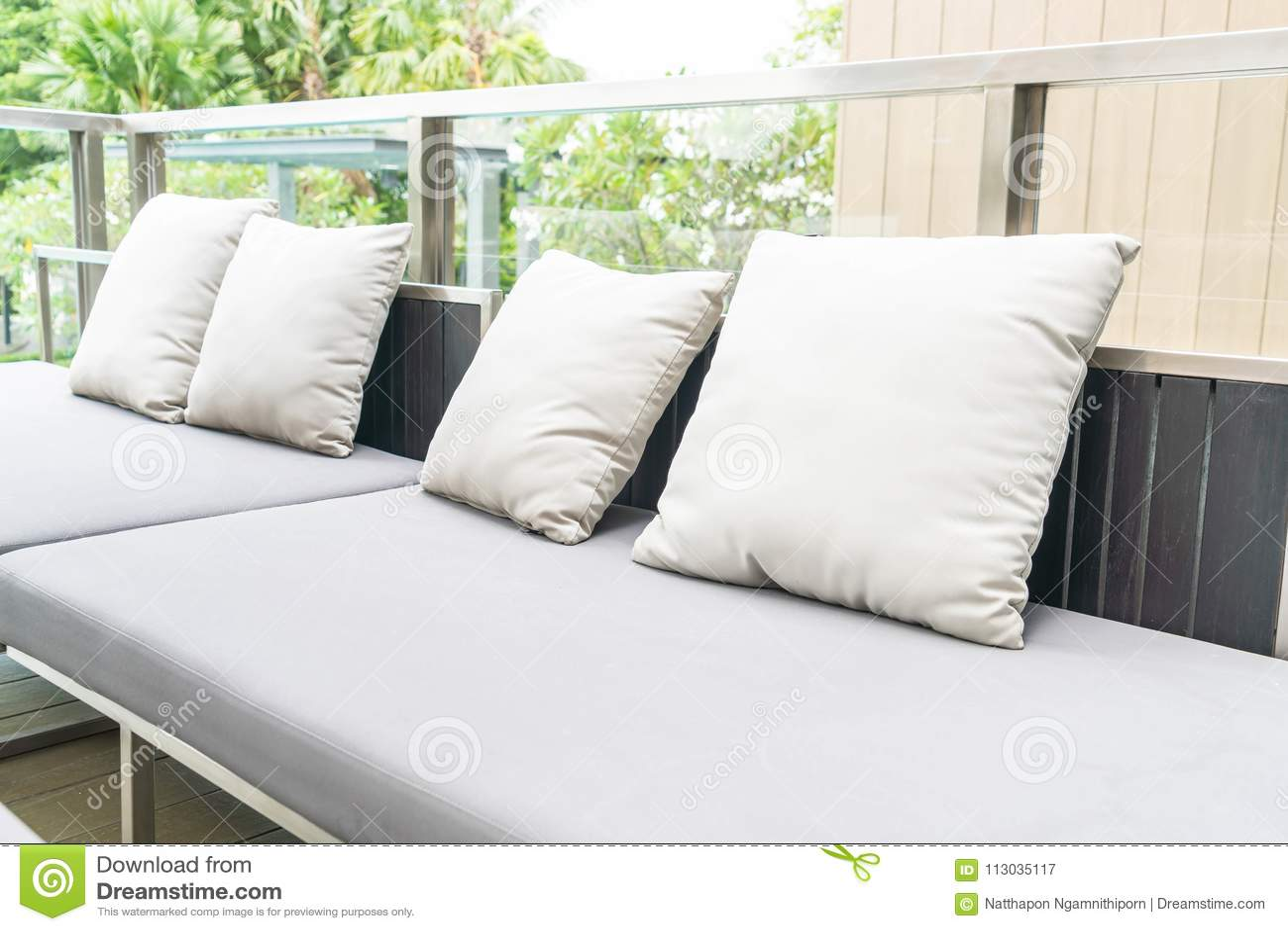 Almohada en silla del patio