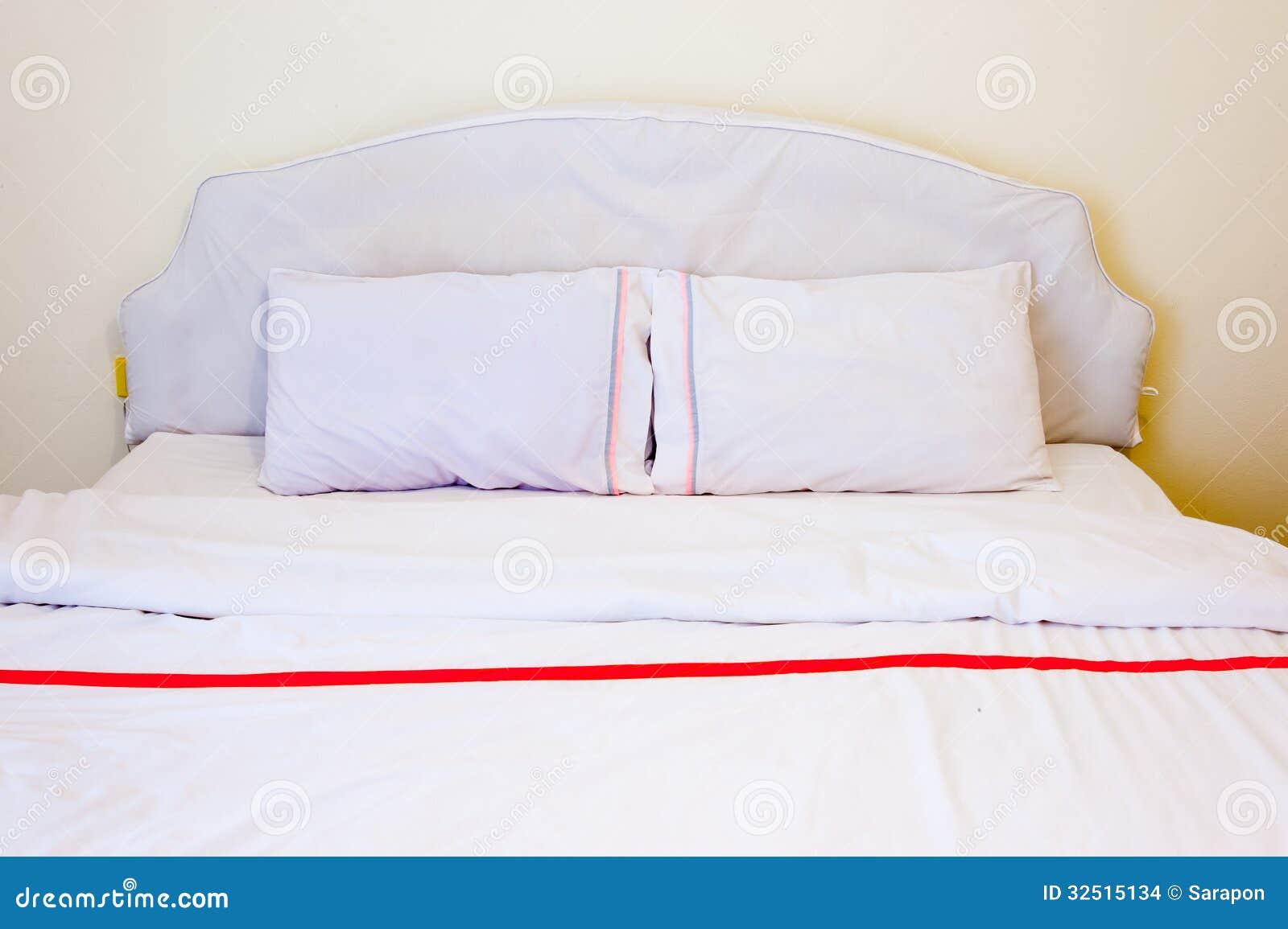 Almohadas blancas en una cama imagenes de archivo imagen - Almohadas para cama ...
