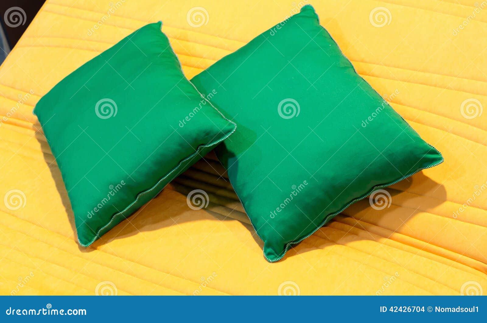 Almohadas coloridas en cama del hotel