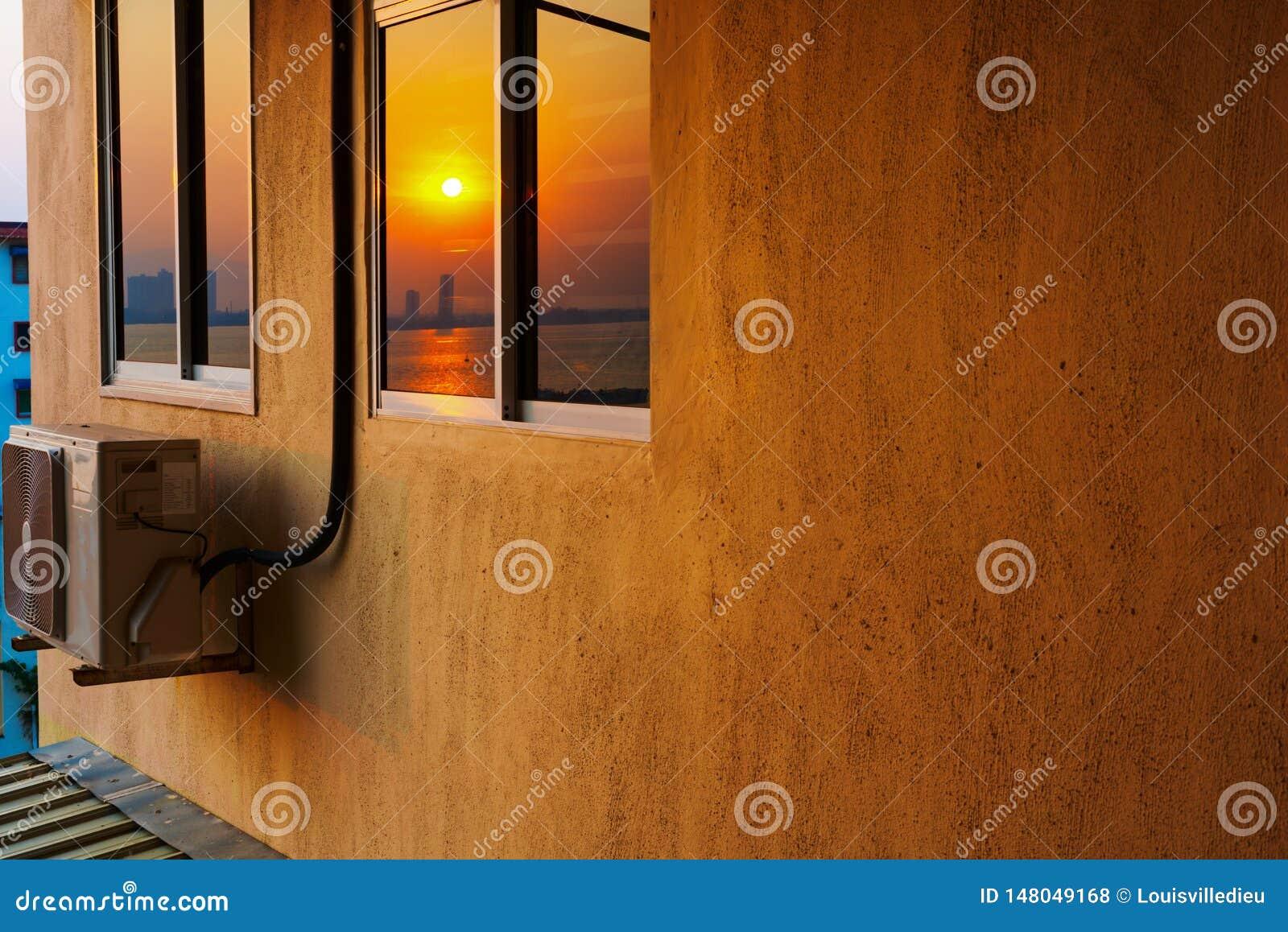 Alojamento do arranha-céus com condicionamento de ar no nascer do sol
