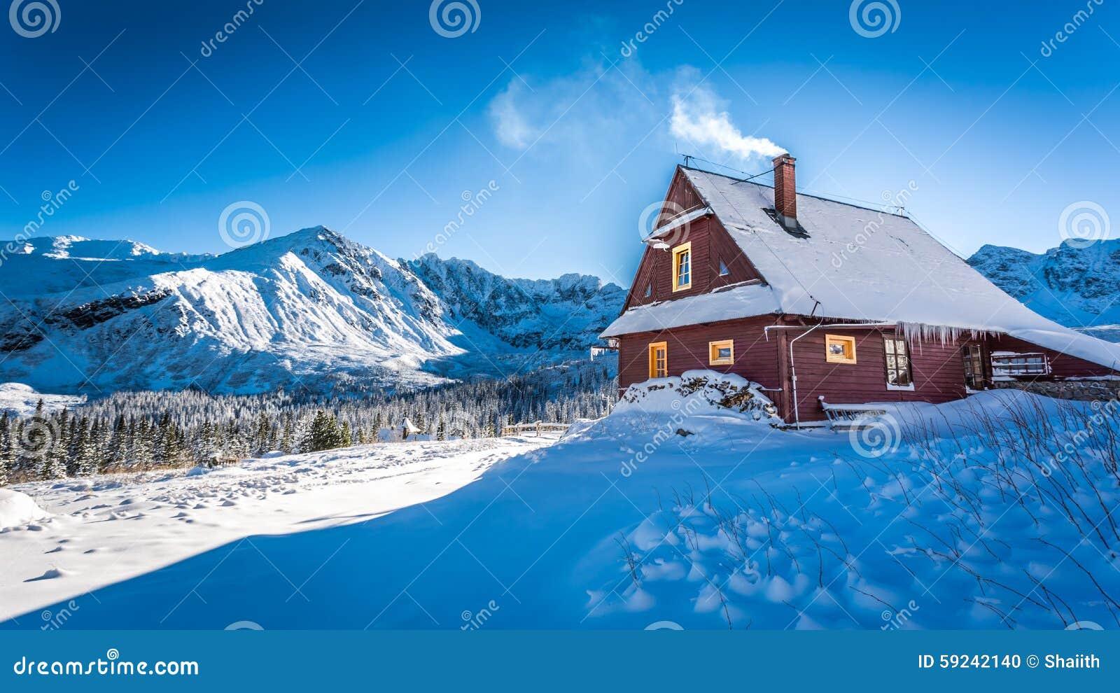Download Alojamiento Caliente En Una Cabaña De La Montaña En Invierno Foto de archivo - Imagen de outdoor, azul: 59242140
