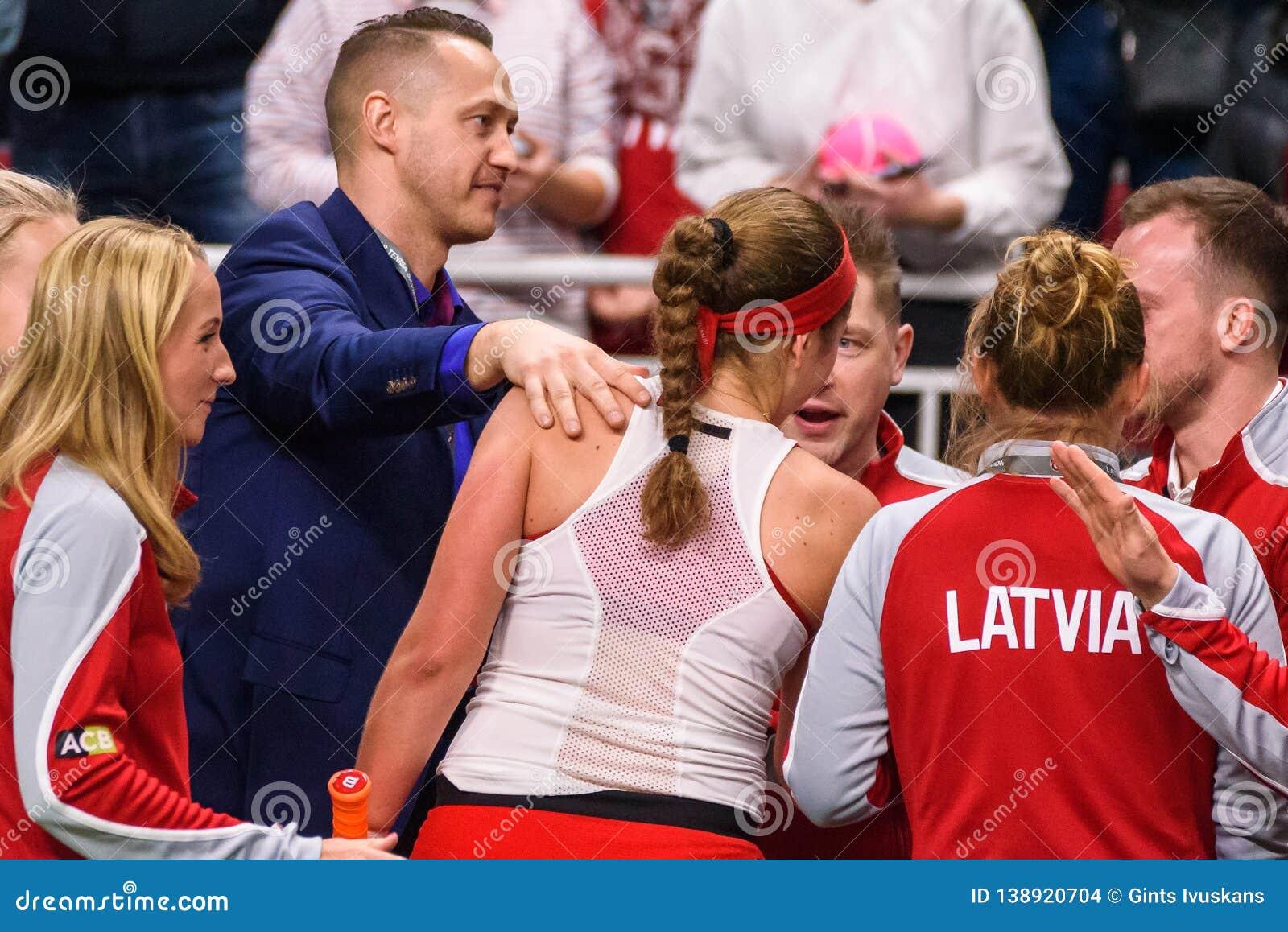 Alona Ostapenko, durante juego redondo del grupo II del mundo el primer entre el equipo Letonia y el equipo Eslovaquia