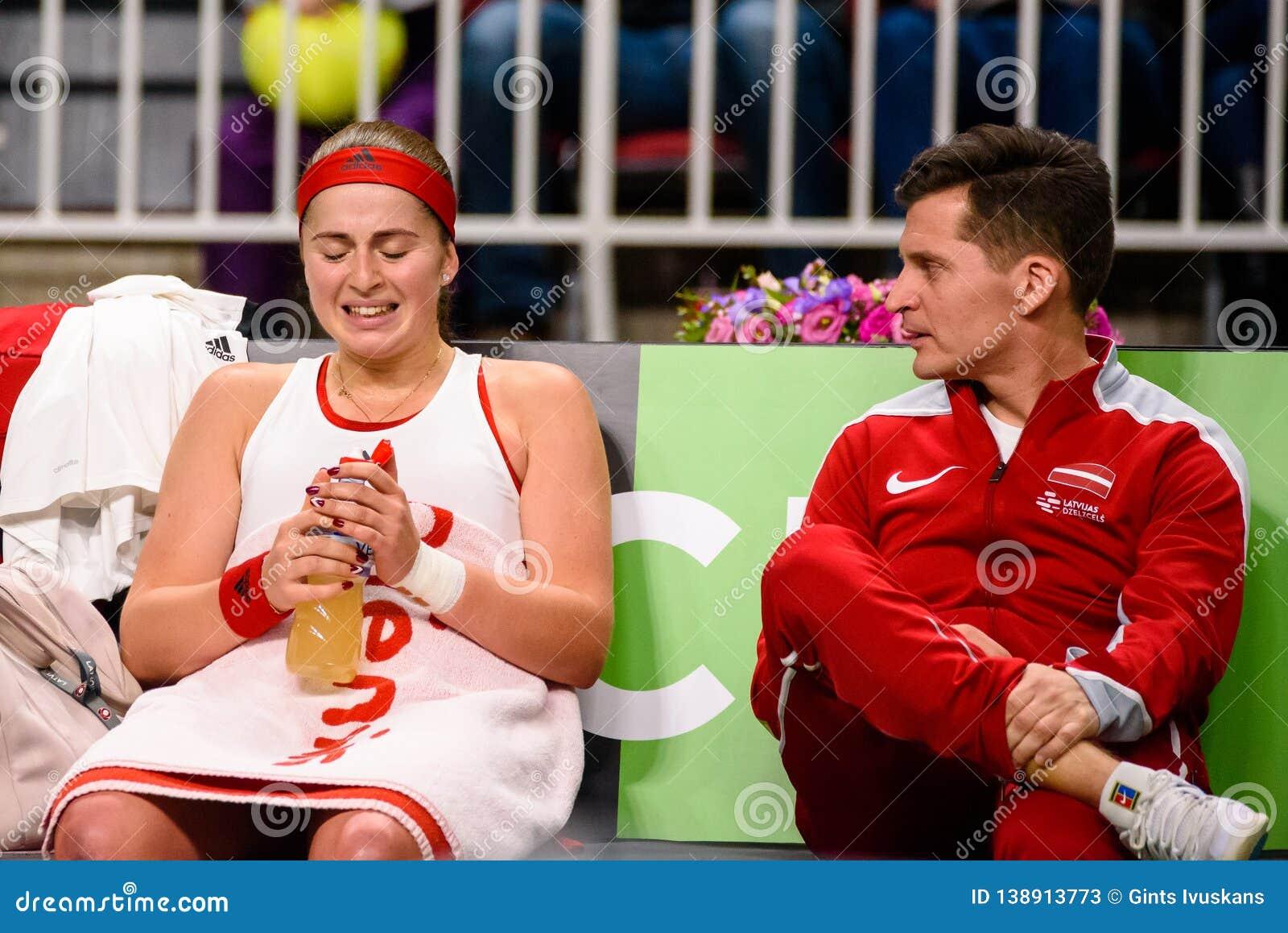Alona Ostapenko en Adrians Zguns, tijdens Wereldgroep II Eerste Rond spel tussen team Letland en team Slowakije